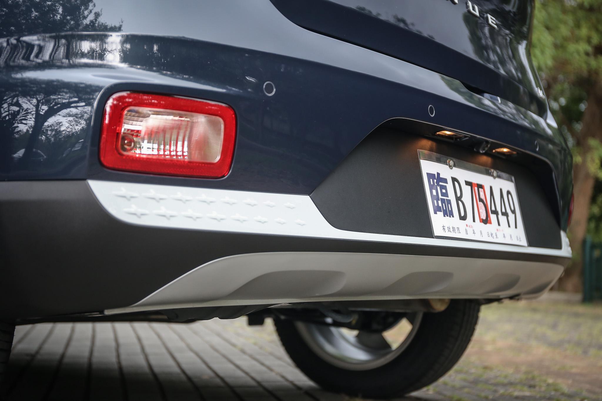 與車頂同色的保桿十字飾板點綴。