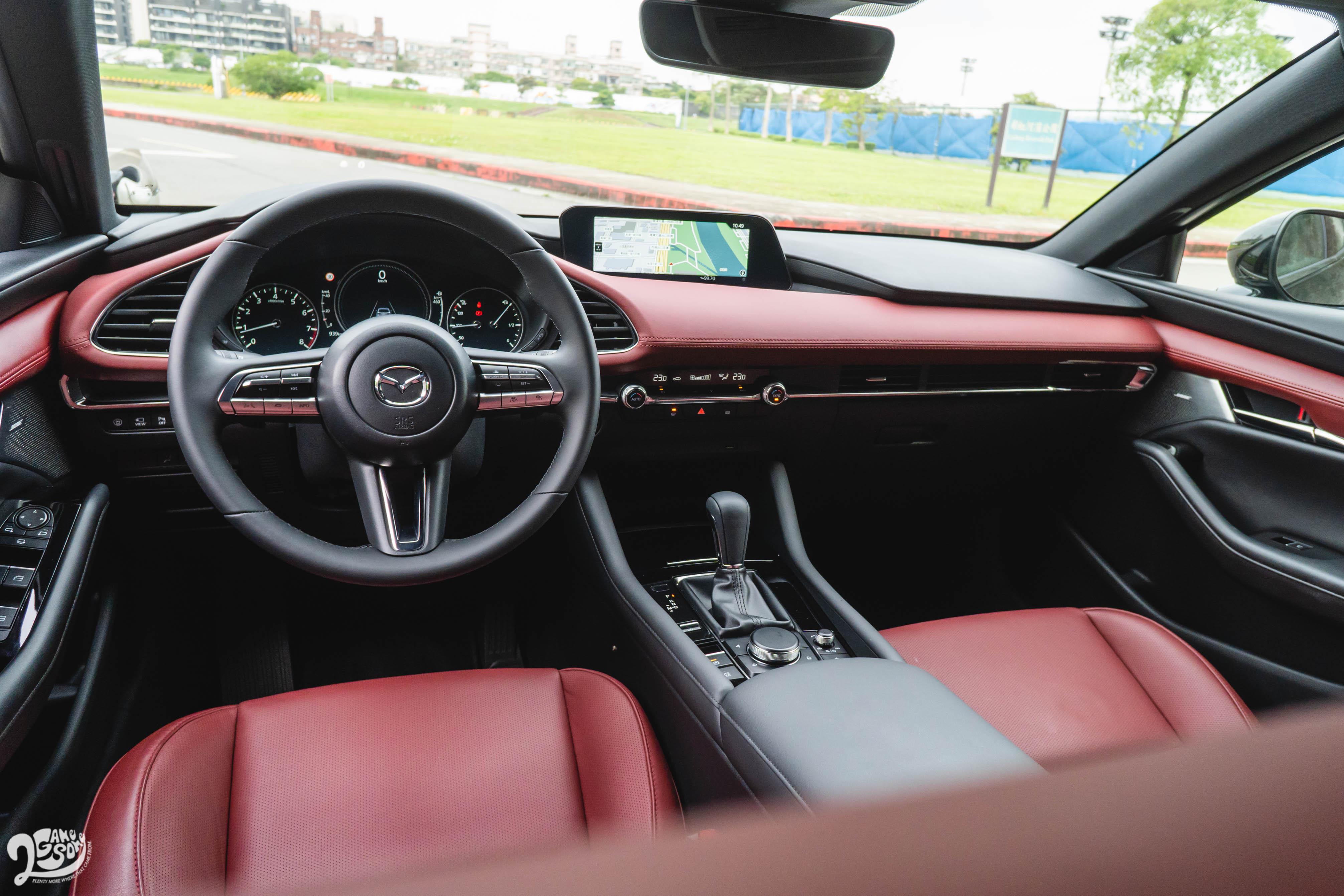Mazda3 旗艦進化型提供「酒韻紅內裝」。