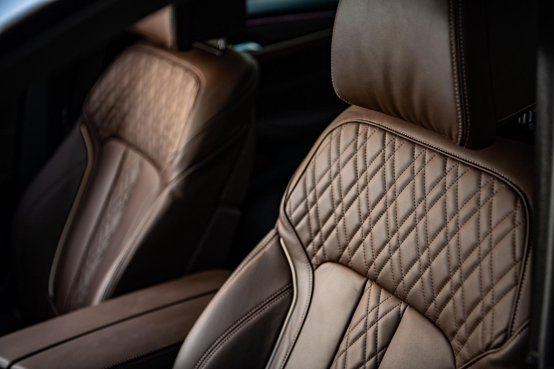 全新BMW 530i白金旗艦版更升級Nappa真皮內裝搭配菱格紋縫線。