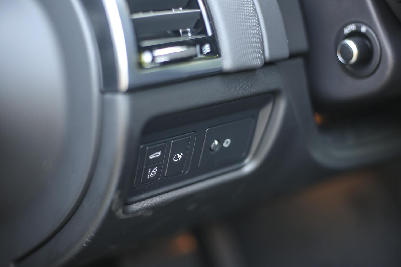 試駕車型標配 LKA 車道維持輔助系統與 DCM 駕駛狀況監控系統。