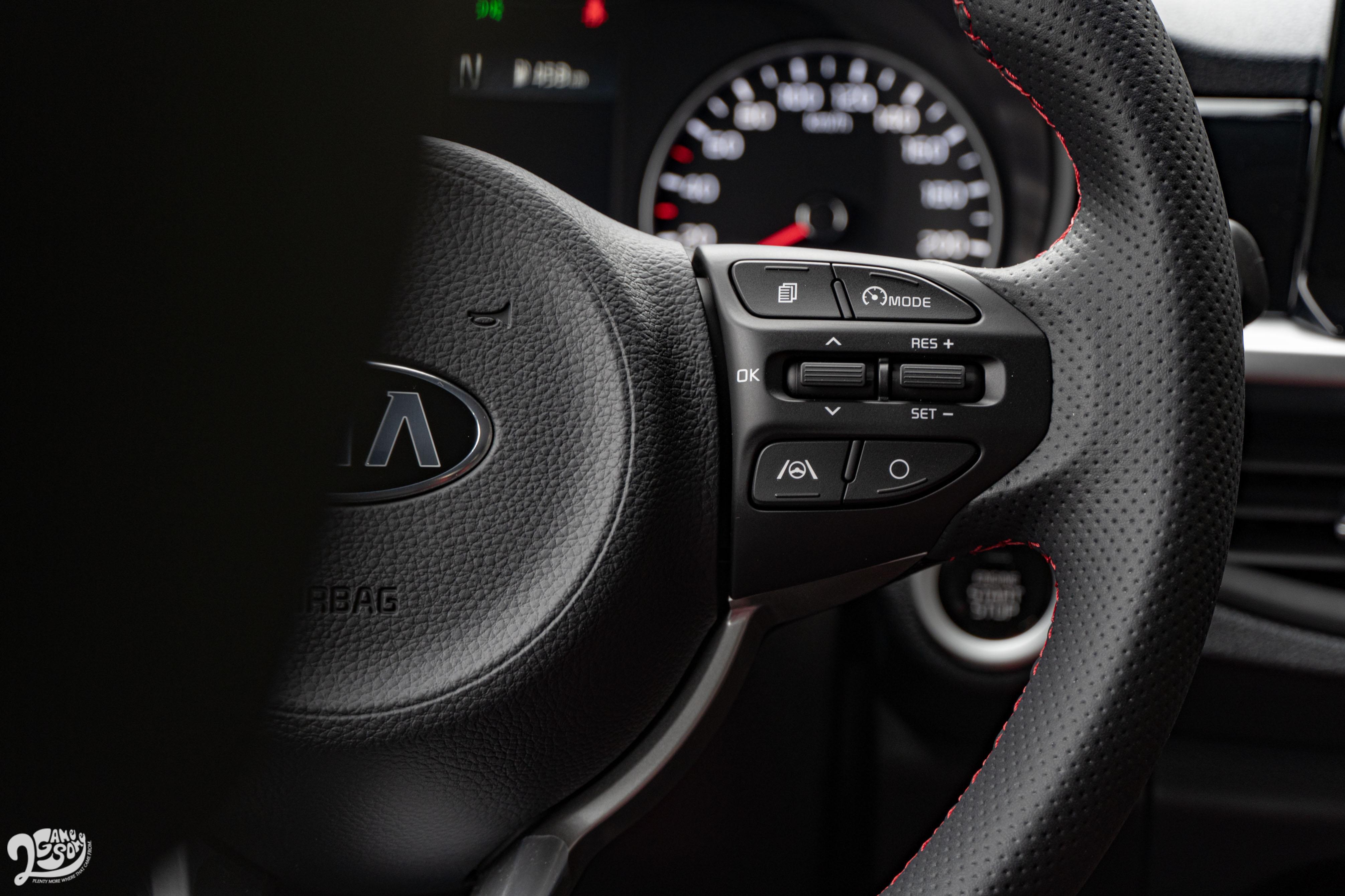 小改款 Picanto GT-Line 方向盤上多了搭配車道維持功能的智慧駕駛按鍵。