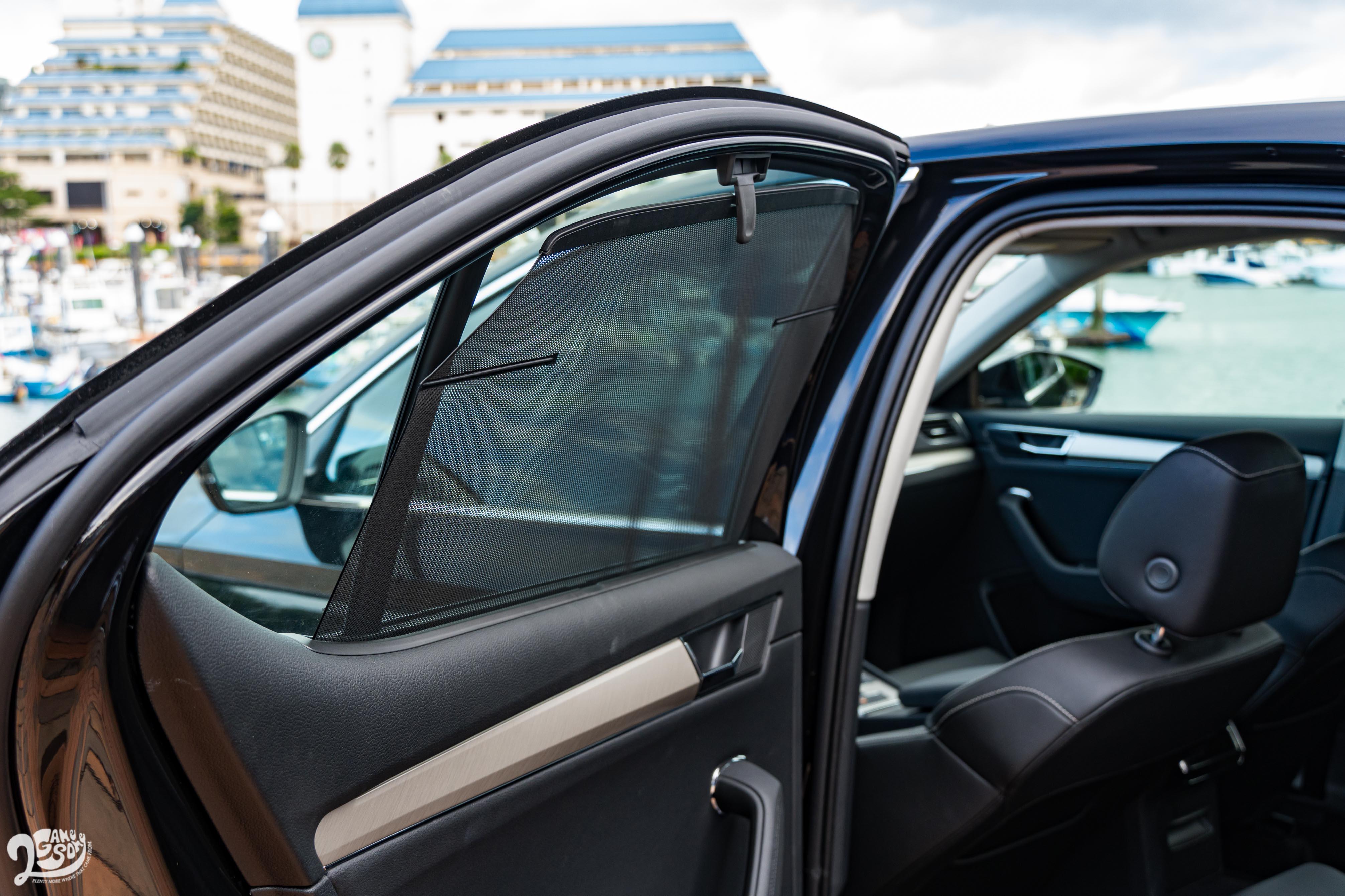 左右車門、後擋風玻璃有手動遮陽簾可用。
