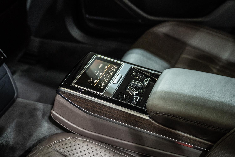 後座中央扶手設置後座智聯控制平板,乘客可透過自由可拆卸的 5.7 吋 OLED 觸控顯示幕迅速且輕鬆調整空調、燈光、座椅舒適等功能。