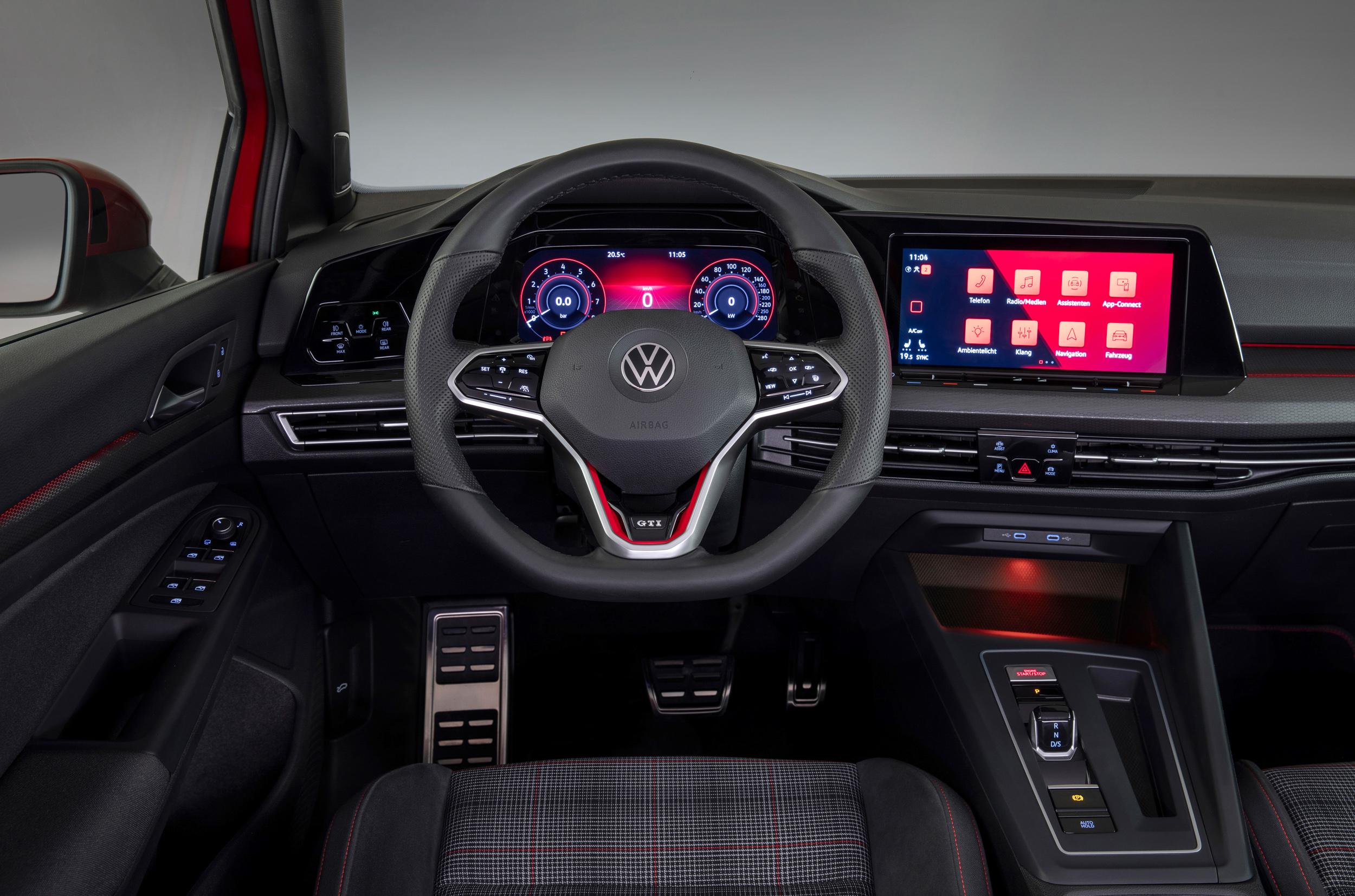 Golf 8 GTI配備專屬三幅式運動化真皮多功能運動觸控方向盤。