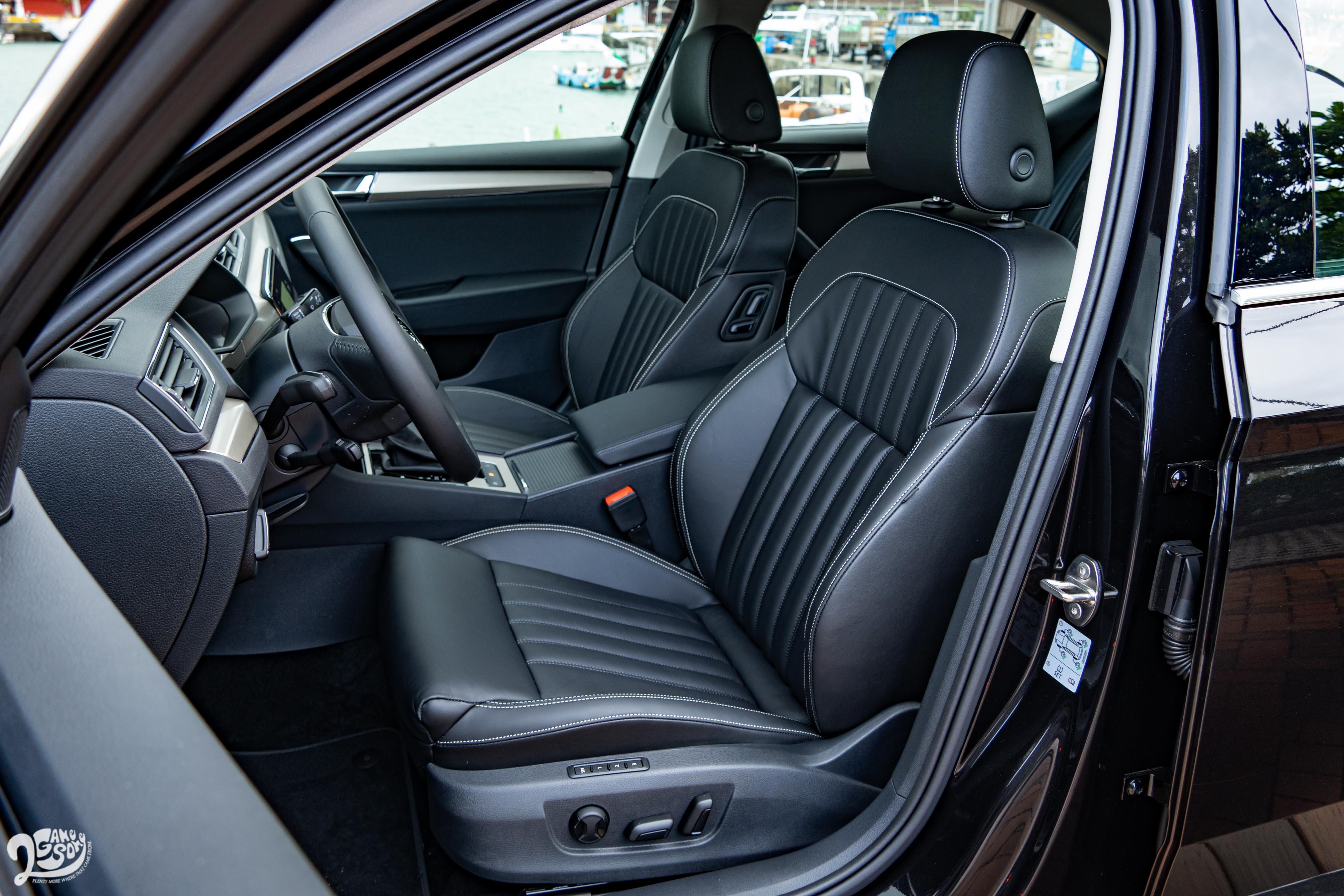 黑色真皮座椅標配八向電動調整,駕駛座附三組記憶功能。