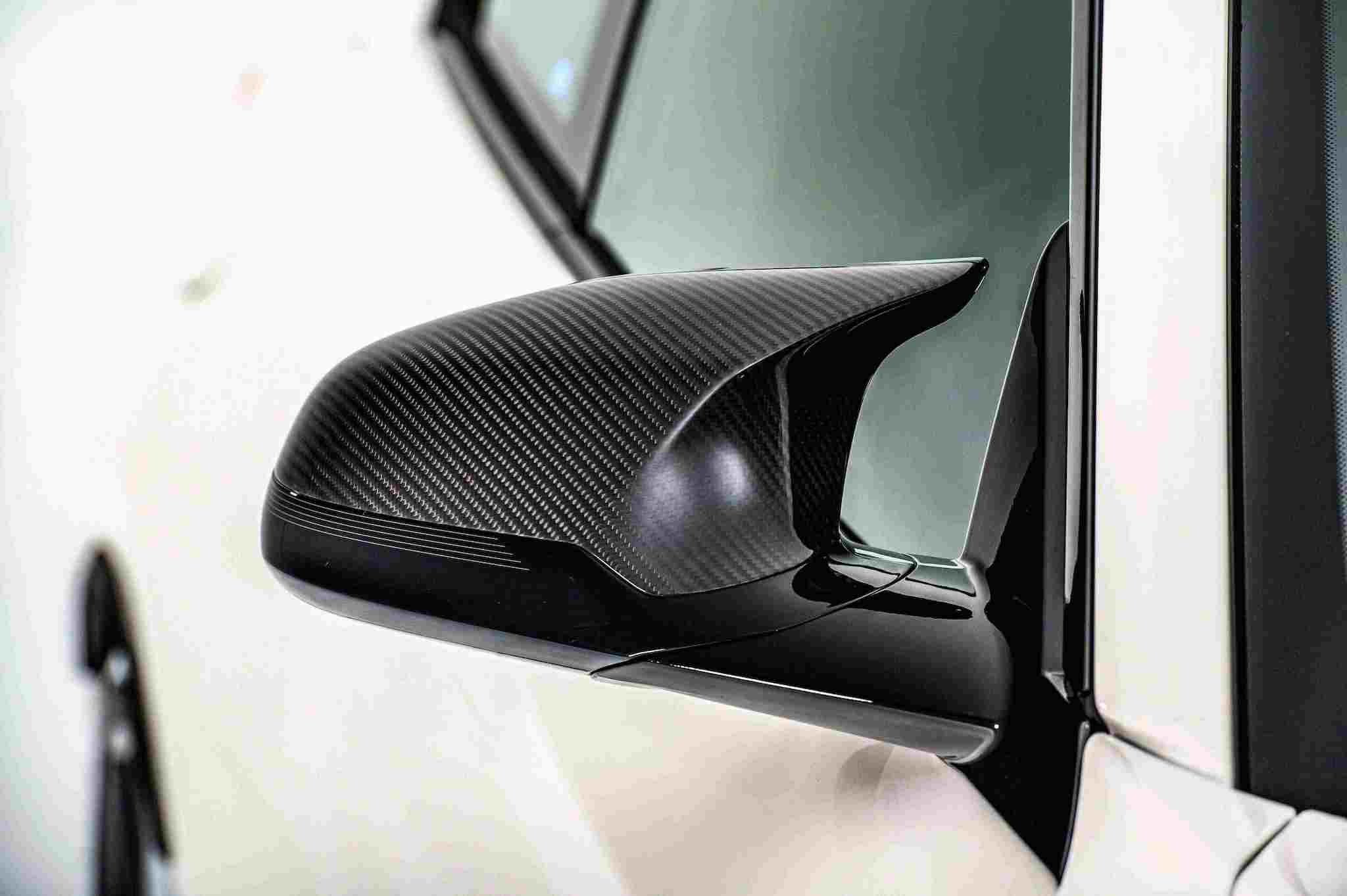 以空氣力學概念打造的經典水滴型後視鏡蓋採用碳纖維材質。