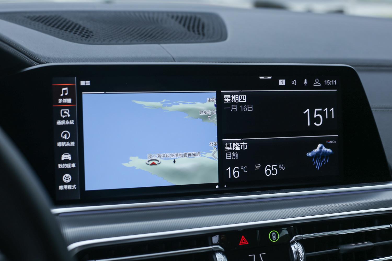 中控觸控顯示幕整合了 iDrive 控制系統與原廠衛星導航系統。