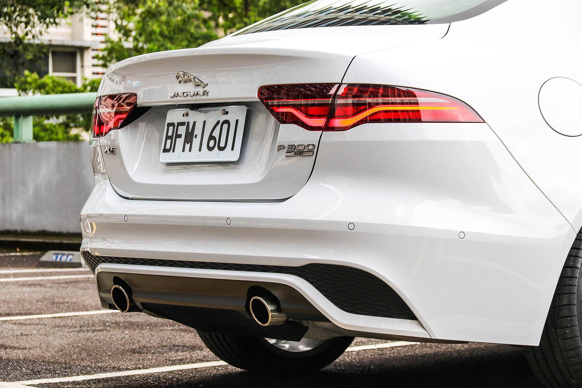 車尾的尾燈輪廓並未有大幅度更動,但植入全新的 LED 尾燈。