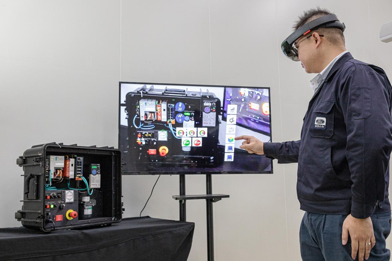 AR擴增實境的運用,使產線上的員工能夠與遠端工程師與雲端資料庫進行即時連線。