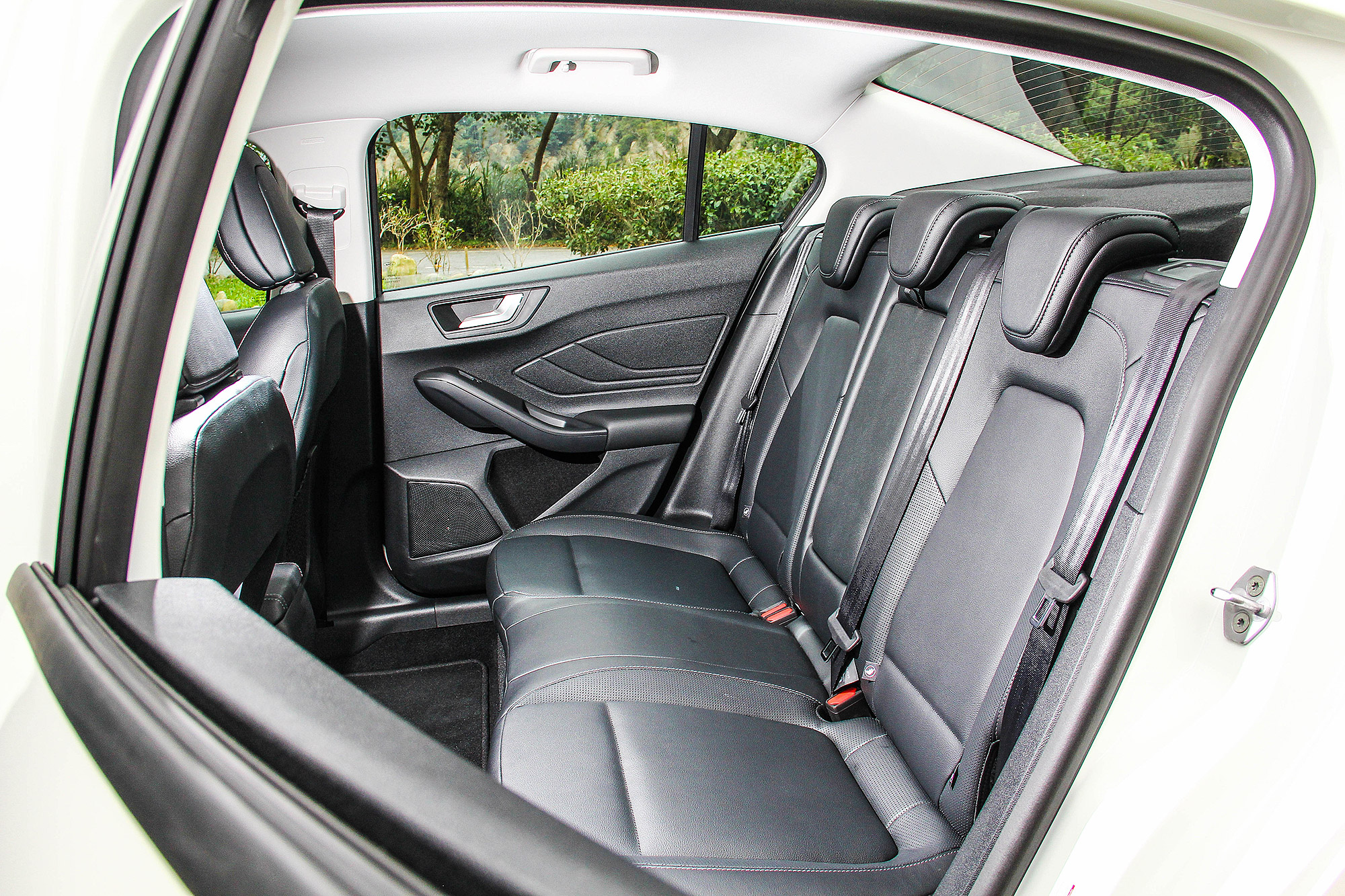 後座無論腿部空間或者寬度,都較一般國產小型房車出色。