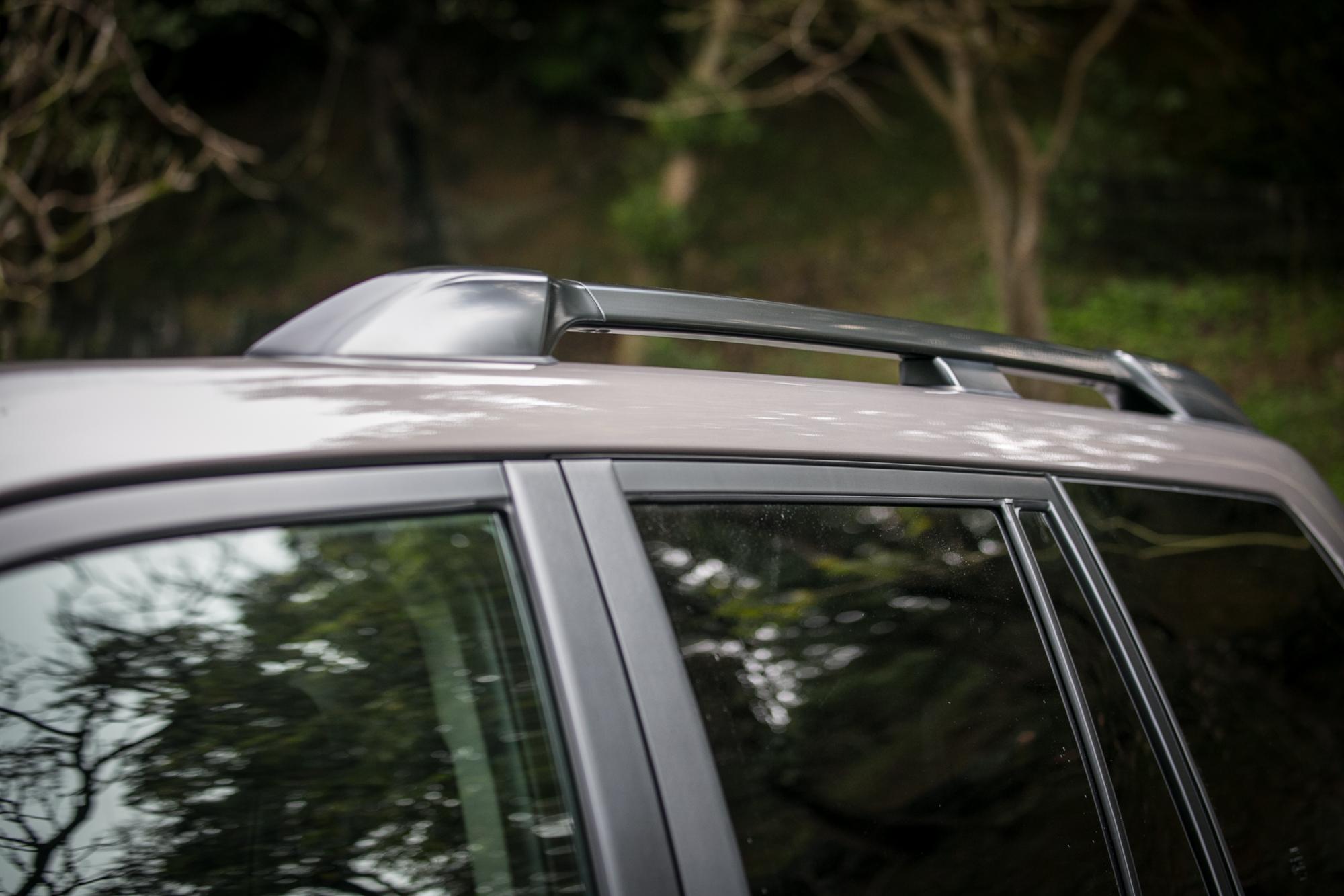 車頂粗壯的行李架大幅增加用車機能。