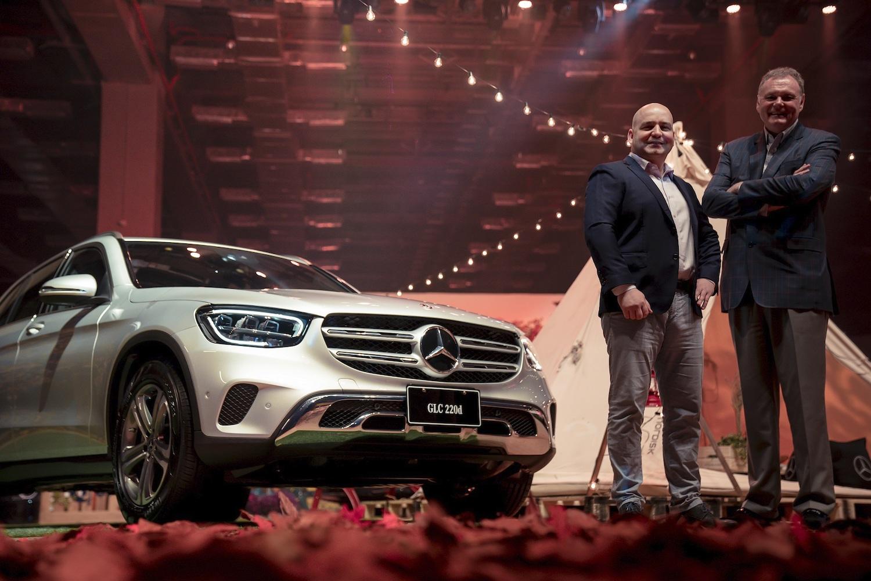 台灣賓士總裁高明漢先生(右)與轎車行銷業務處副總裁何睿思先生獻上 Mercedes-Benz 全新豪華運動休旅家族。