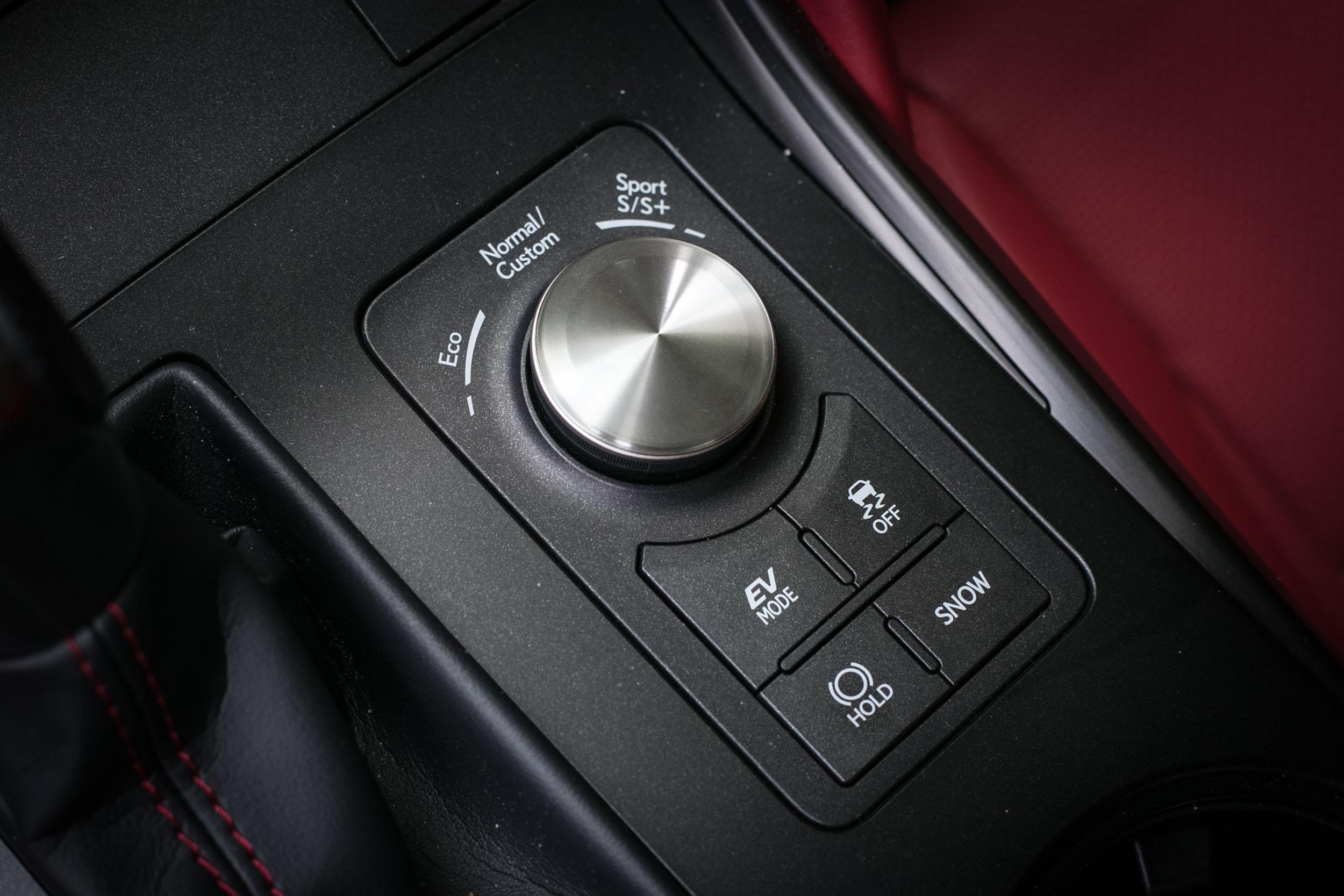 駕馭模式旋鈕設計於排檔座右方,使用上不夠就手。