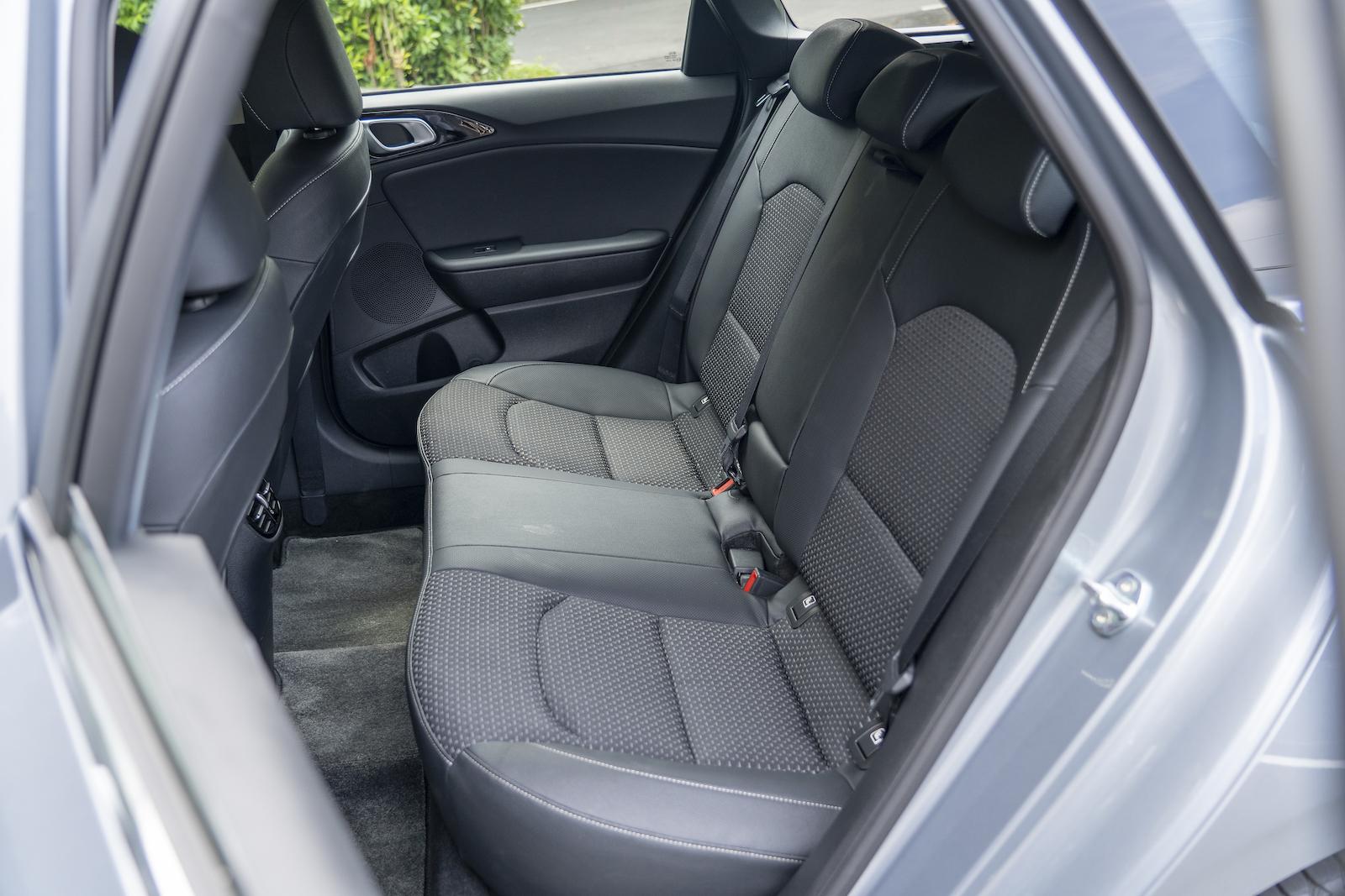 後座中央底版的鼓起體積相對小的多,這也代表著就算後座是三人滿載的狀態下,中間的乘客還是能坐得相當舒適快意。