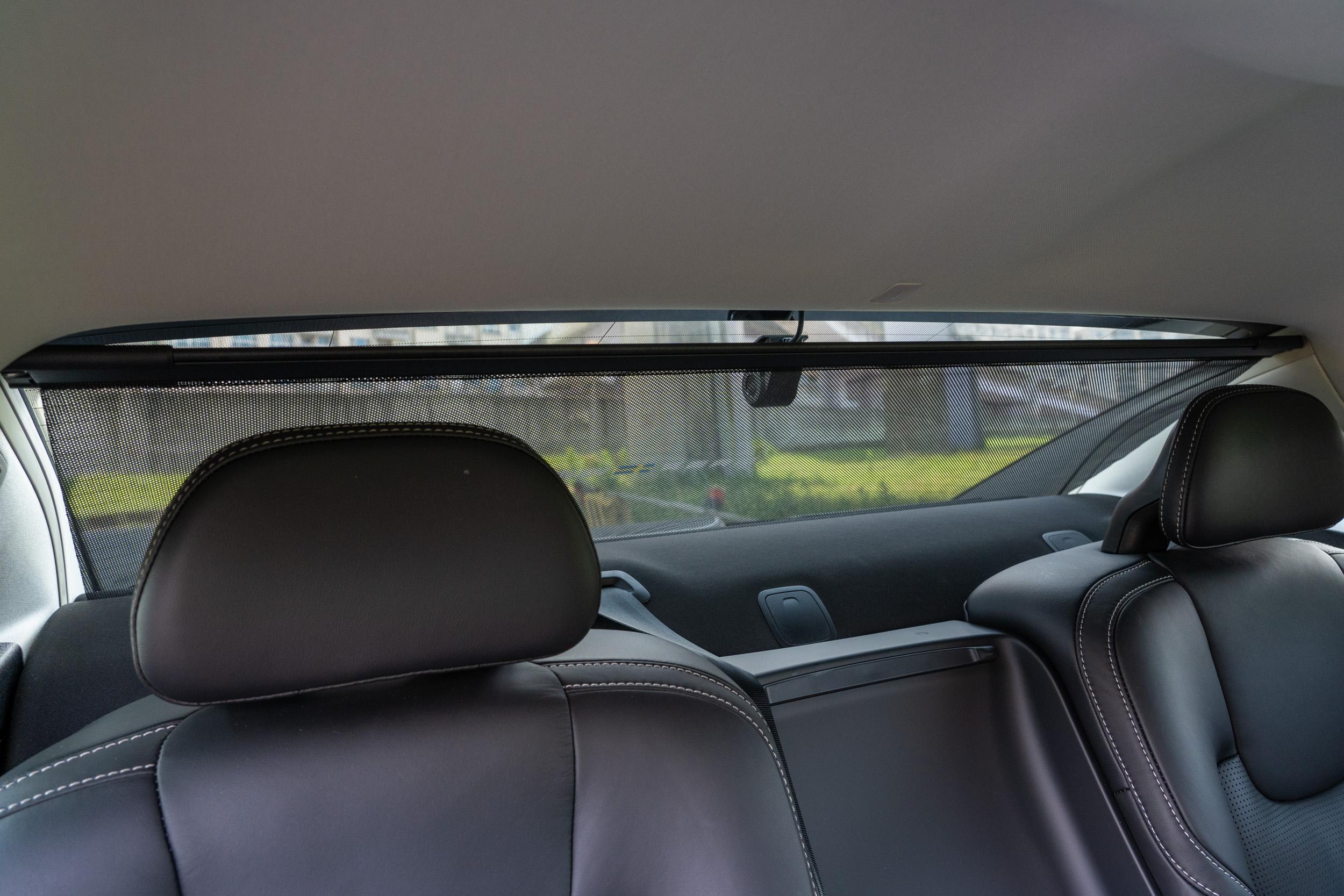 小改款 S90 全車系標配後擋風玻璃電動遮陽簾。
