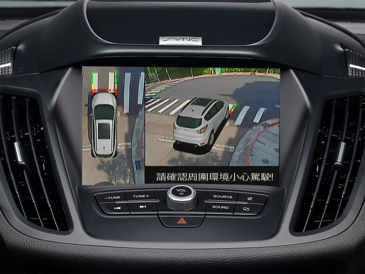 Ford Kuga EcoBoost®182 CP360 型搭載 360° 環景影像行車輔助系統。