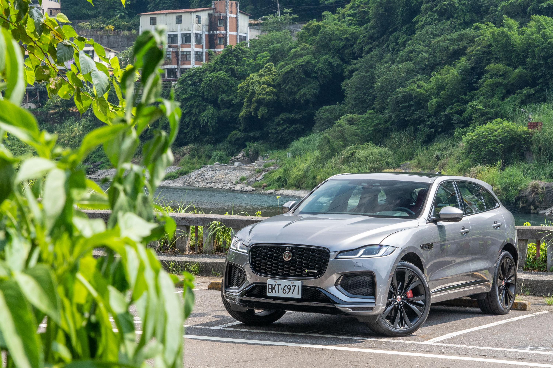 試駕車型為 Jaguar 小改款 F-Pace P250 R-Dynamic,售價為新台幣 299 萬元起。