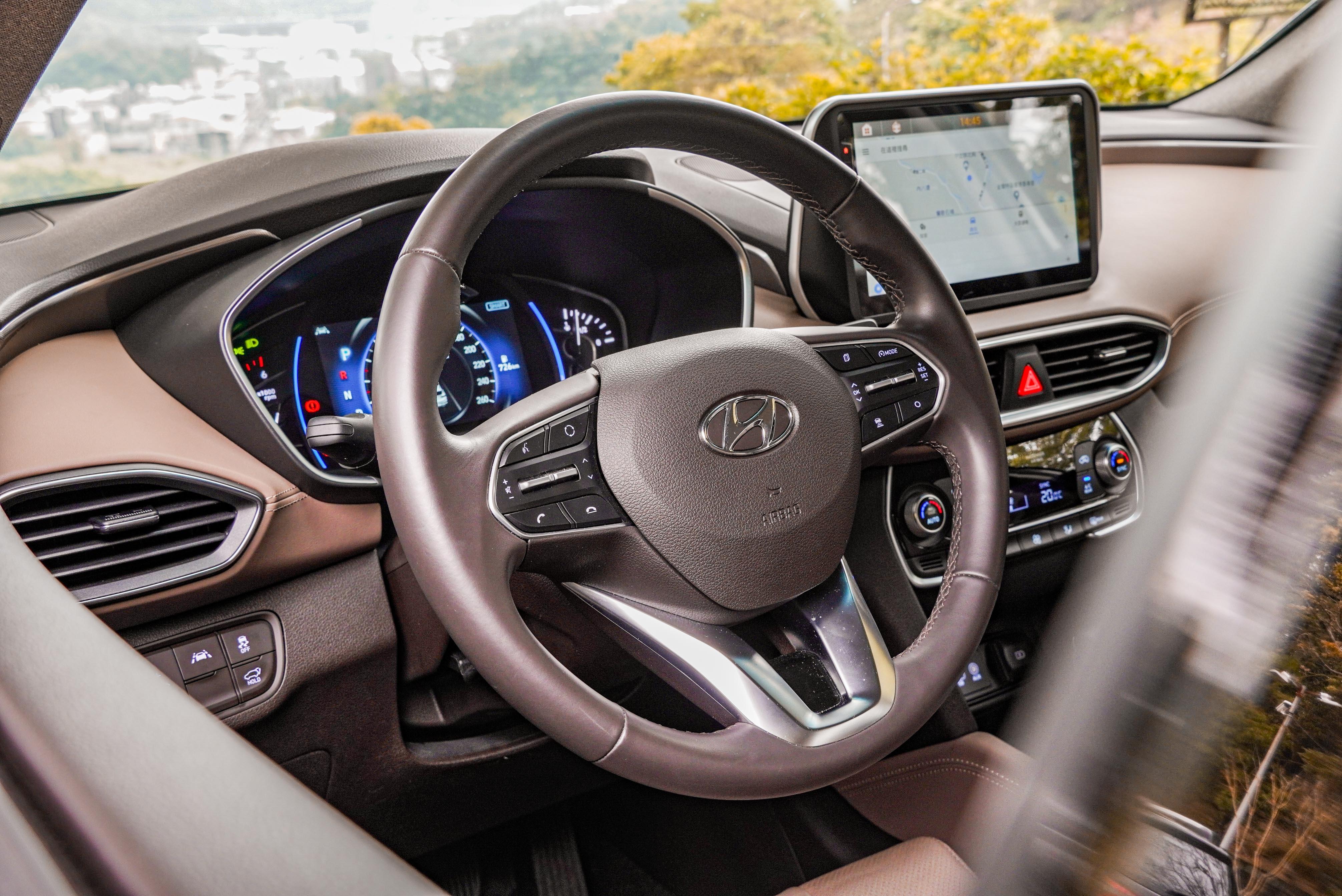 跟車系統由三幅式方向盤右側控制,左後方有車道偏移輔助功能開關。