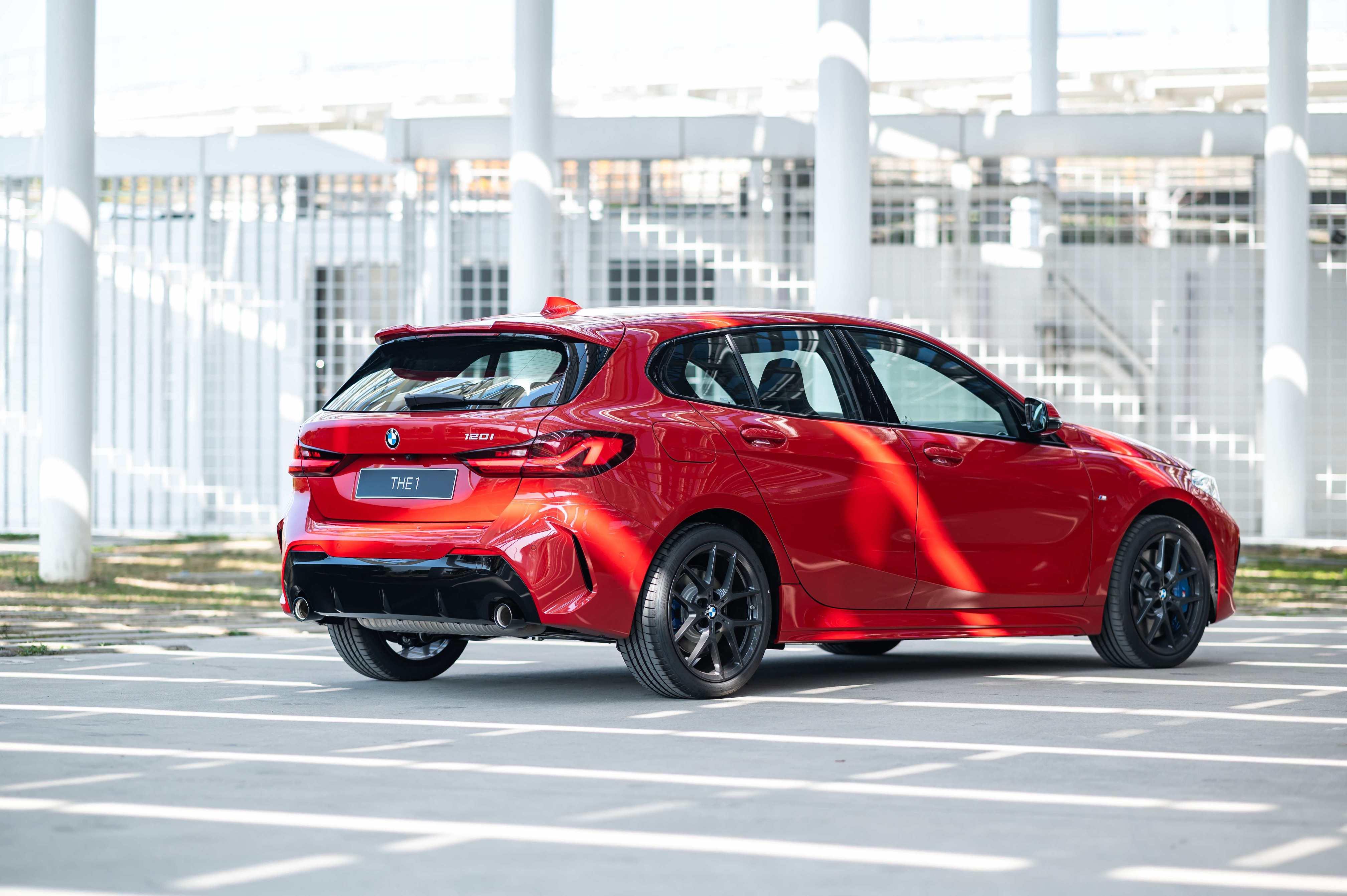 全新 BMW 120i Edition M 使用黑色高光澤外觀套件。