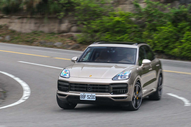 透過保時捷車身動態穩定系統與氣壓式懸載系統的協助,彎道中的  Cayenne Turbo 車身側傾抑制與循跡表現相當出色。