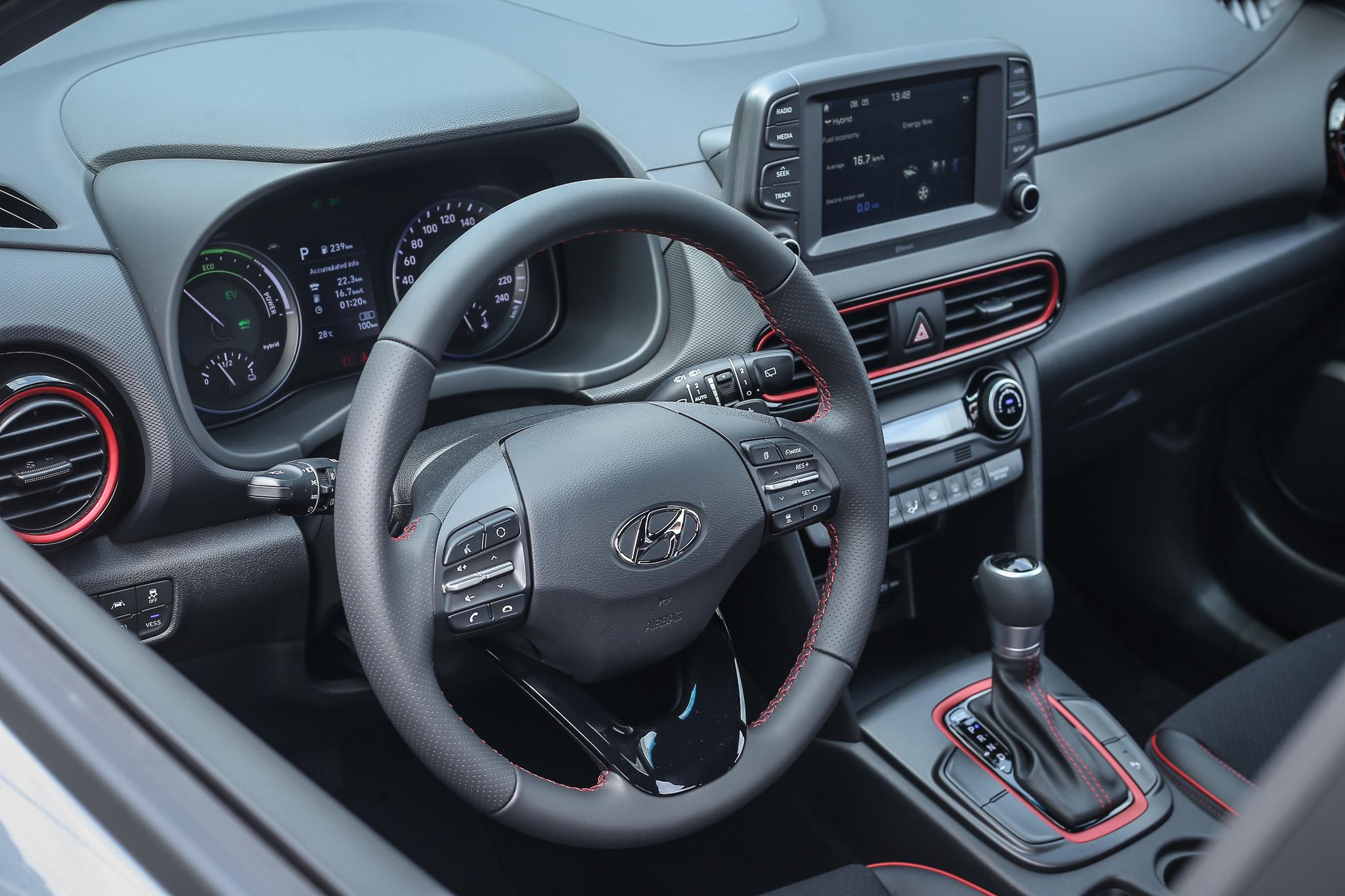 車內設計與一般汽油車款相同,Red Line 車室套件為標配。