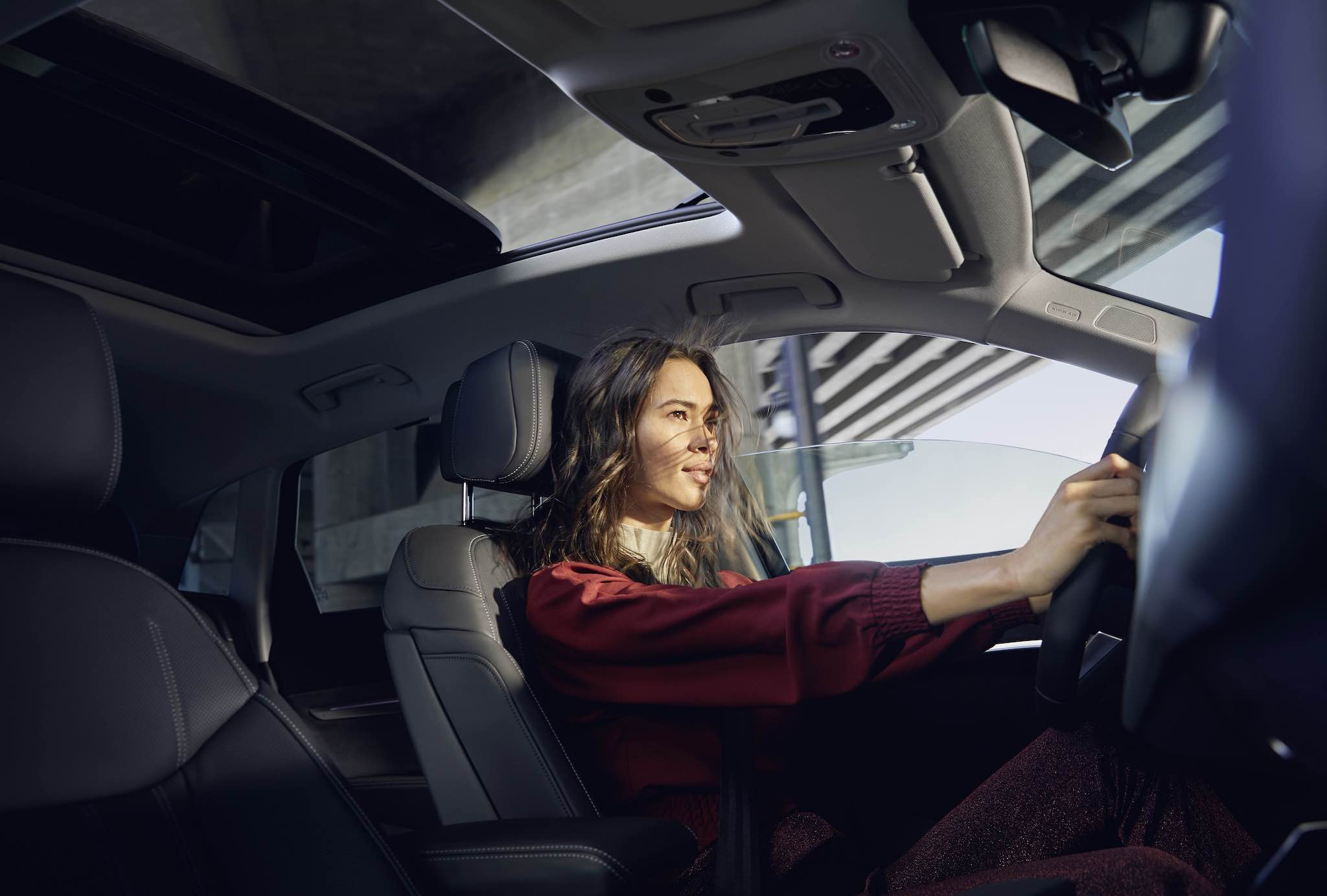 套件包含 Bang & Olufsen 3D 16 聲道環繞音響系統,打造如劇院般的聽覺享受及全景式玻璃天窗提供更佳的乘座視野。