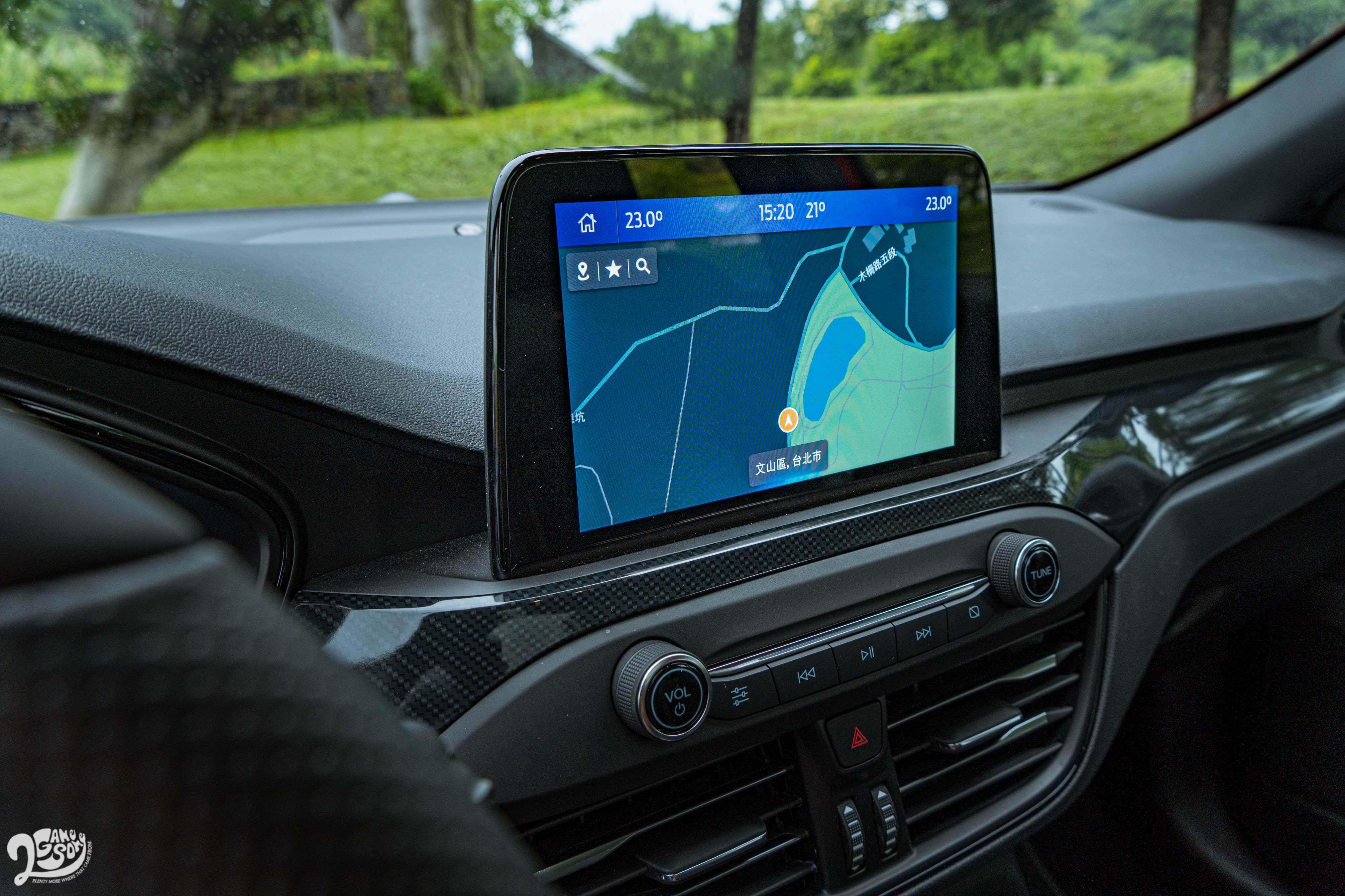 8 吋懸浮式觸控螢幕可使用 SYNC®3娛樂通訊整合系統、原廠中文衛星導航系統、Apple CarPlay 及 Android Auto。