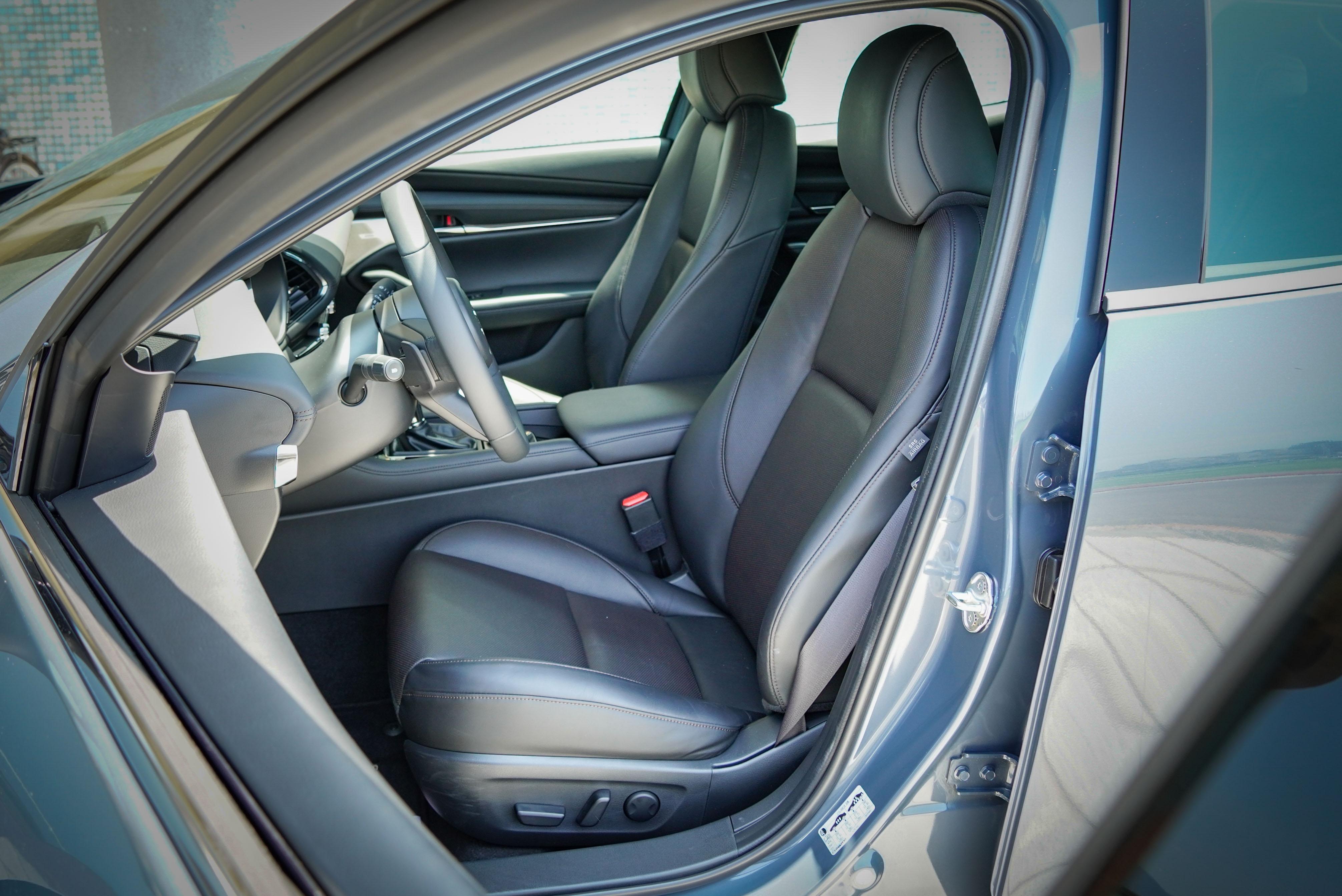 旗艦進化型標配真皮座椅、駕駛座八向電動調整附電動腰靠、記憶功能。不過副駕駛座維持手動調整。
