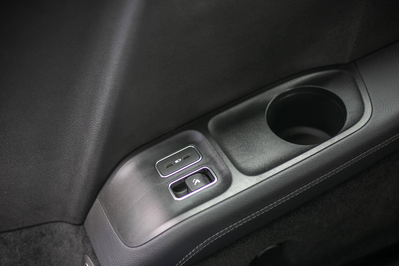 第三排座椅旁的充電孔與電動椅背調整控制鍵。