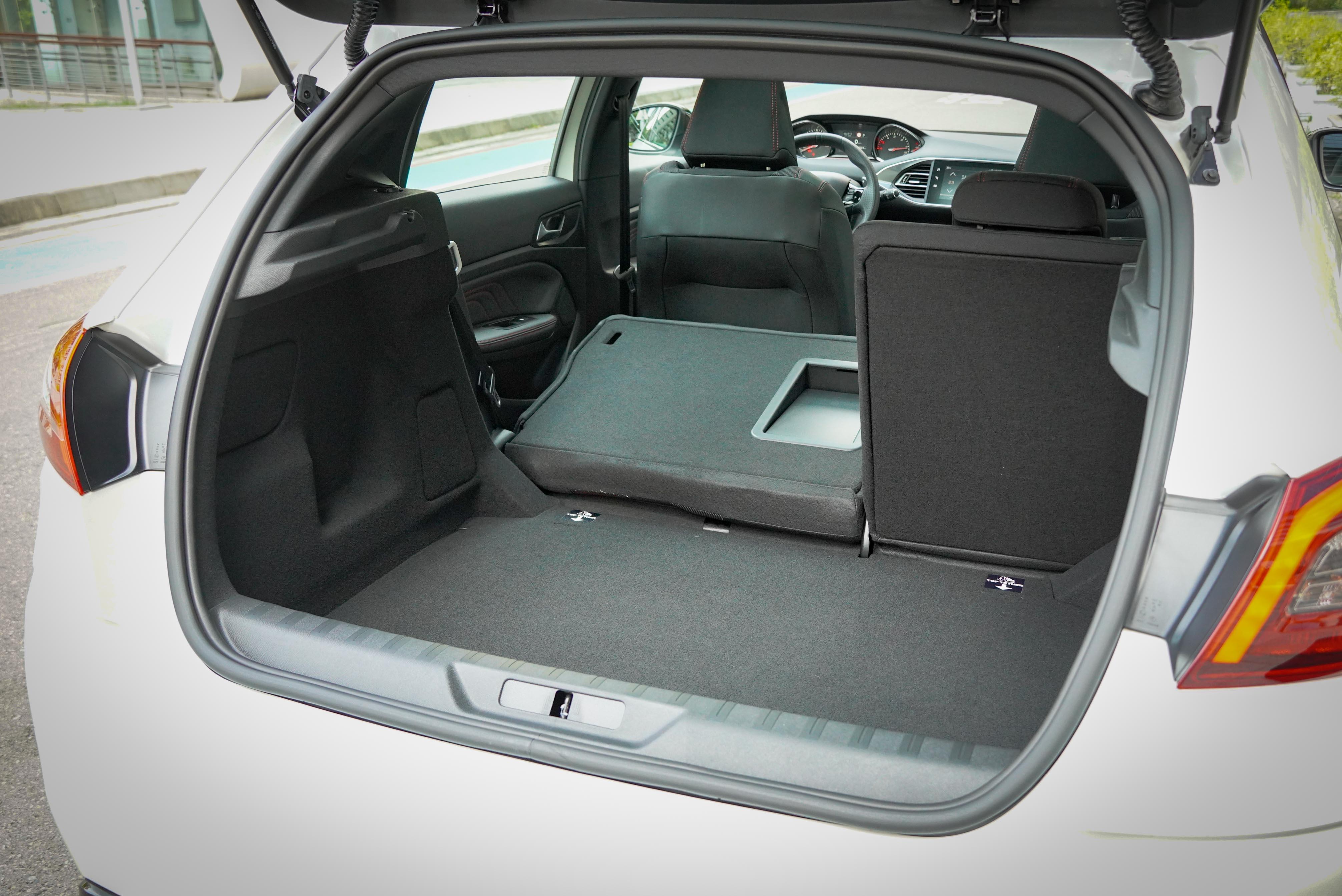 行李廂提供 6/4 椅背傾倒功能,容積可變化於 470 與 1,309 公升。