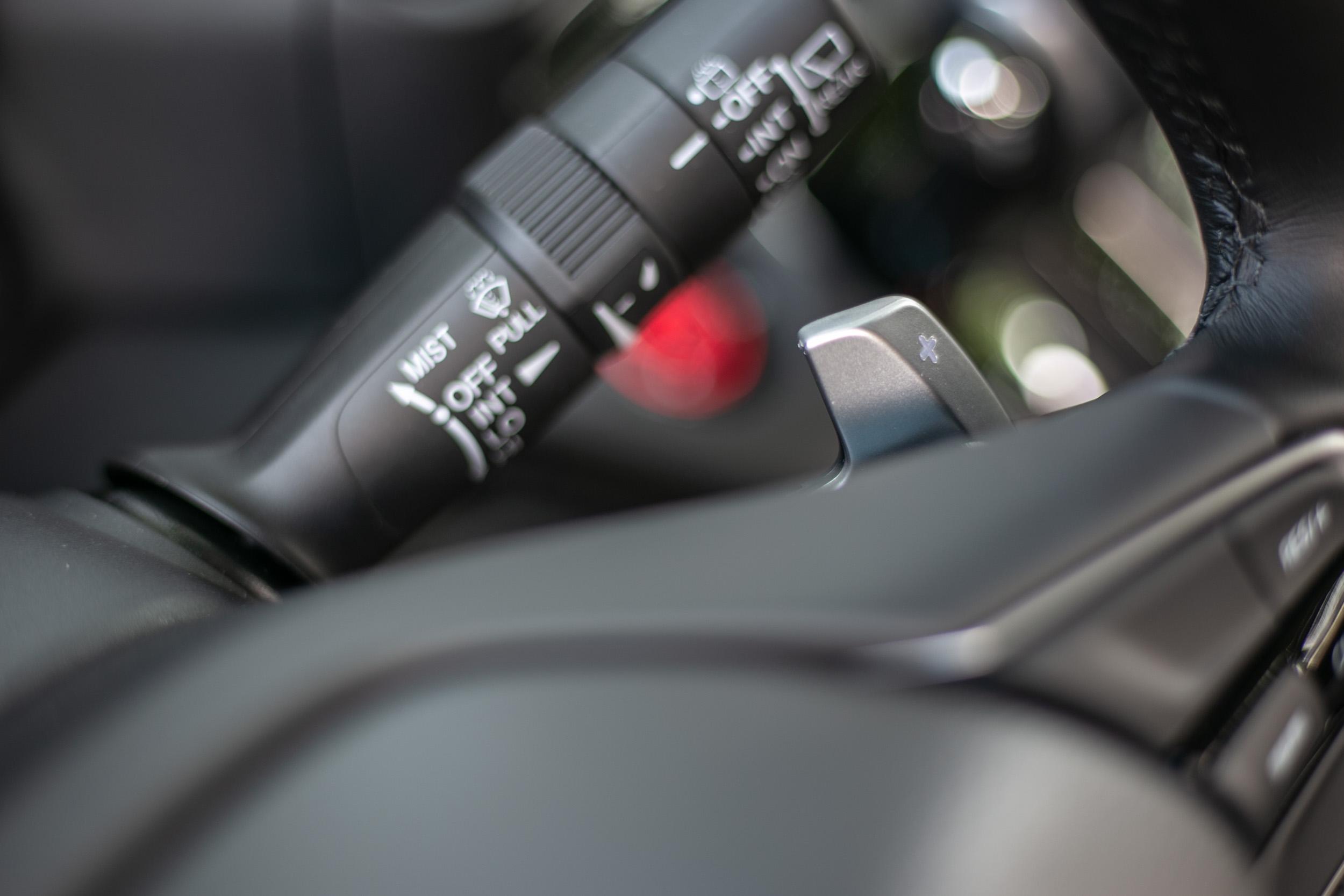 配備換檔撥片與模擬七速手自排控制。