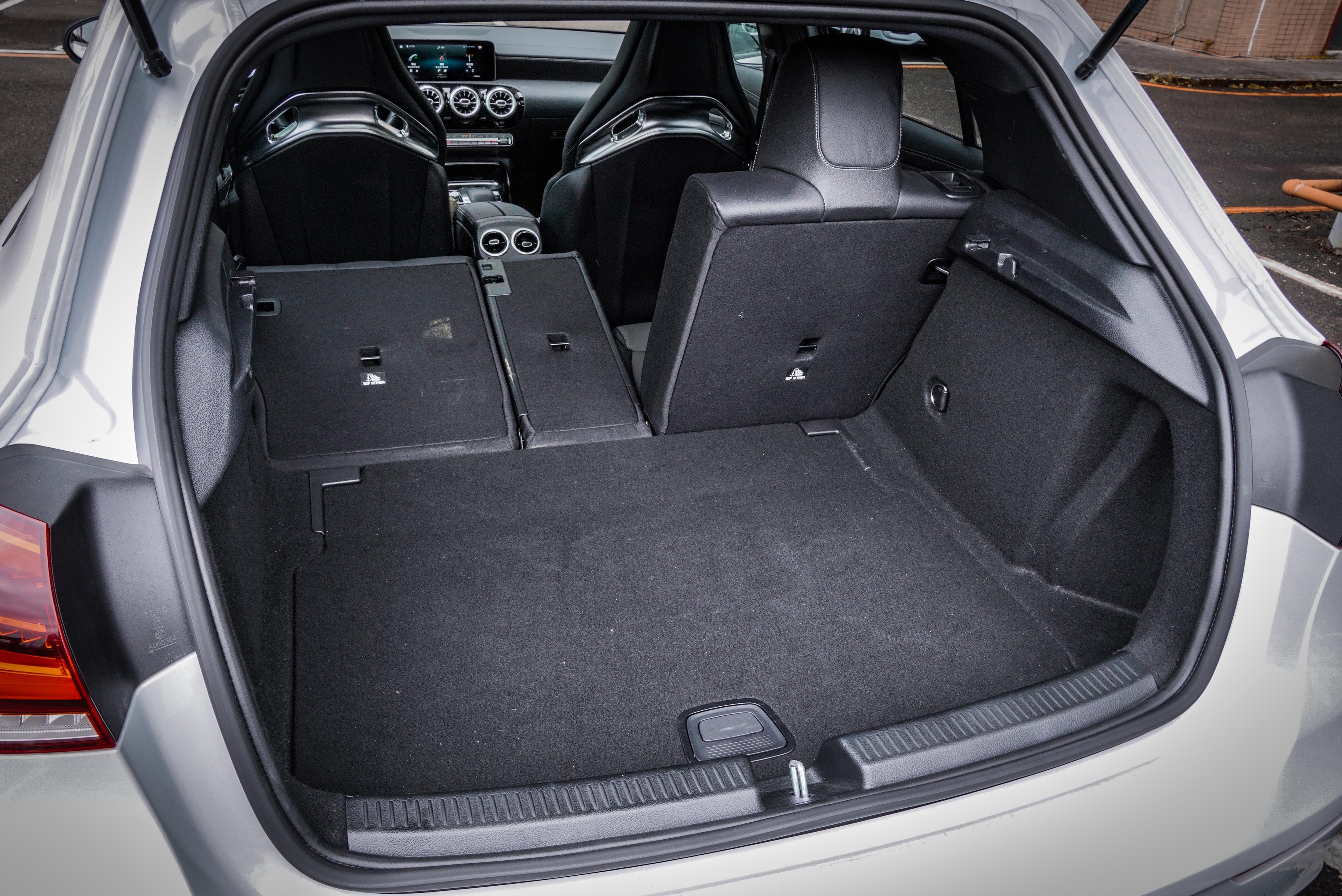 尾廂提供 4/2/4 椅背分離傾倒功能,容積介於 355 升及 1,195 升。