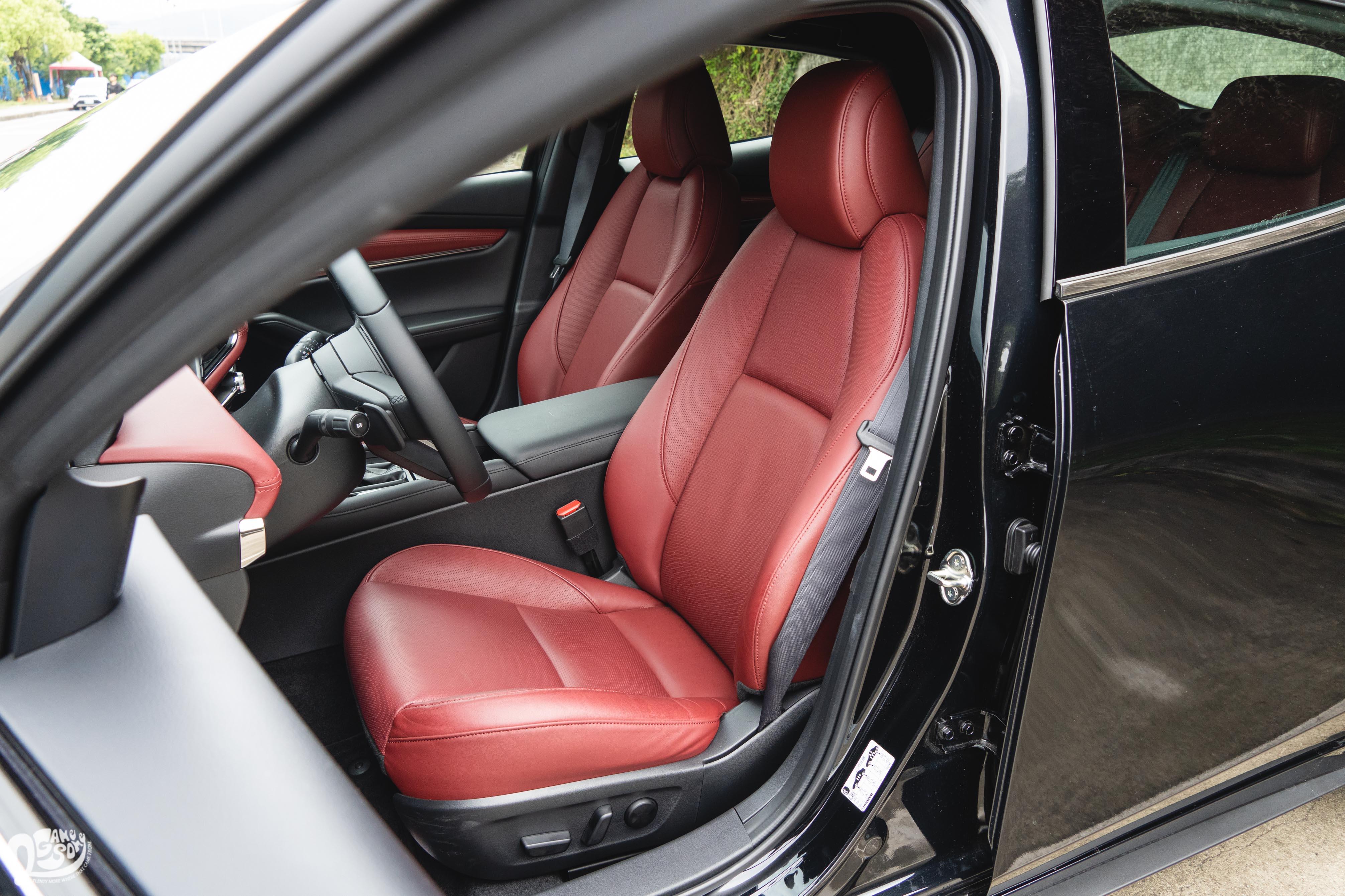 旗艦進化型提供酒紅色真皮座椅。