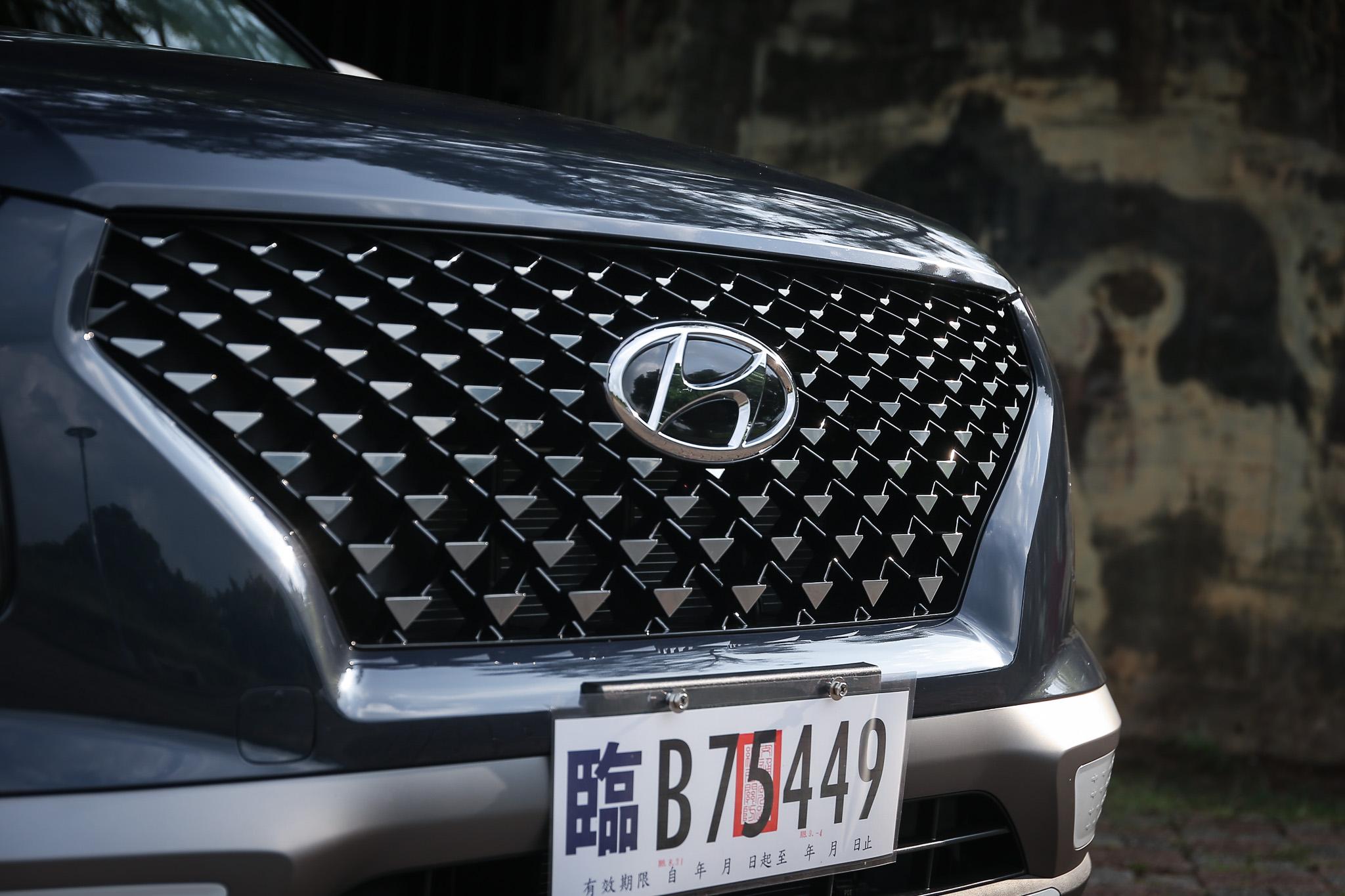 GLB 等級以上的 Two-tone 雙色車型都配備有三角星墜水箱護罩設計。