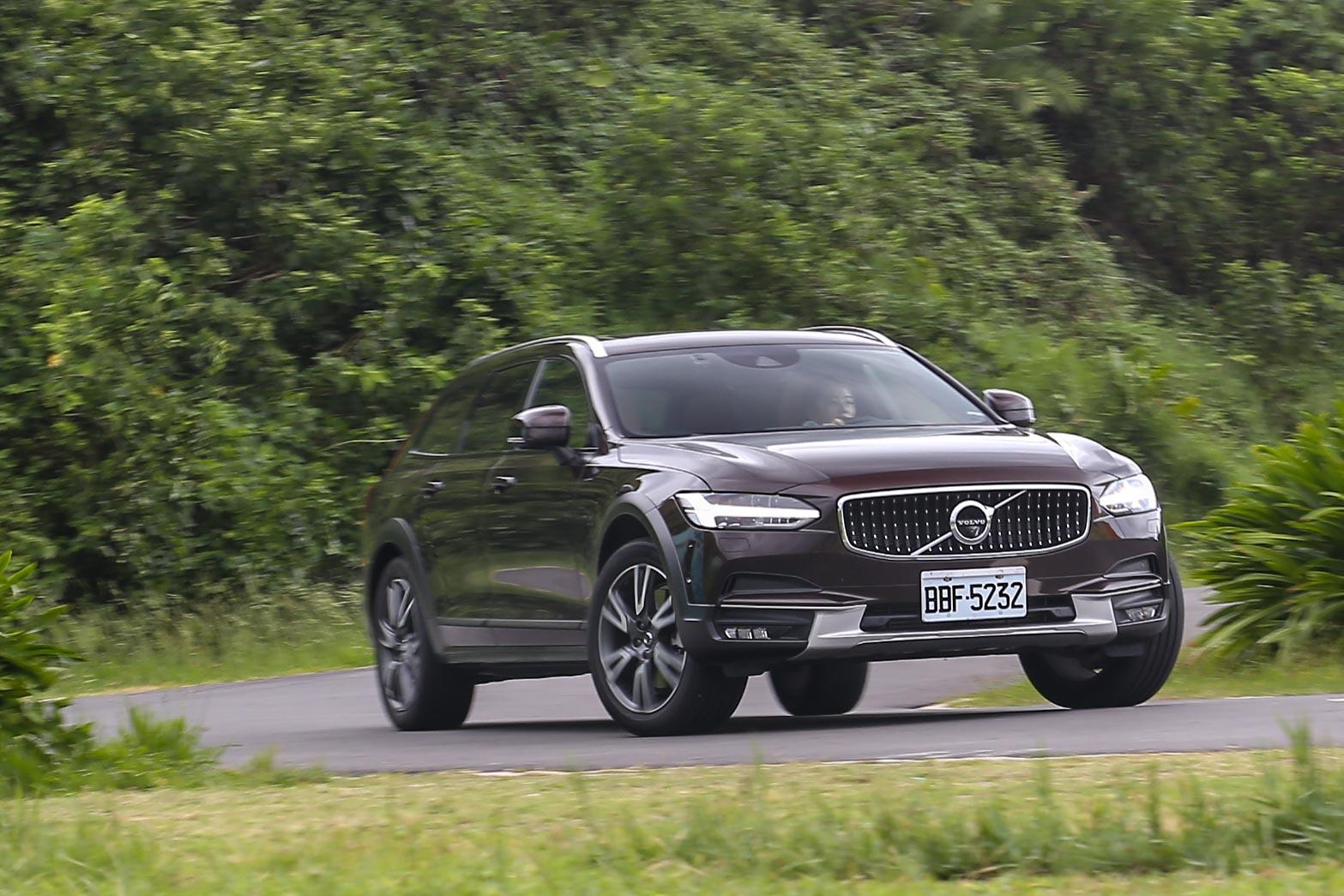 立基於 SPA 底盤基礎, V90 Cross Country T6 有著較過去 Volvo 大型房車/旅行車更為輕盈且俐落的動態表現。