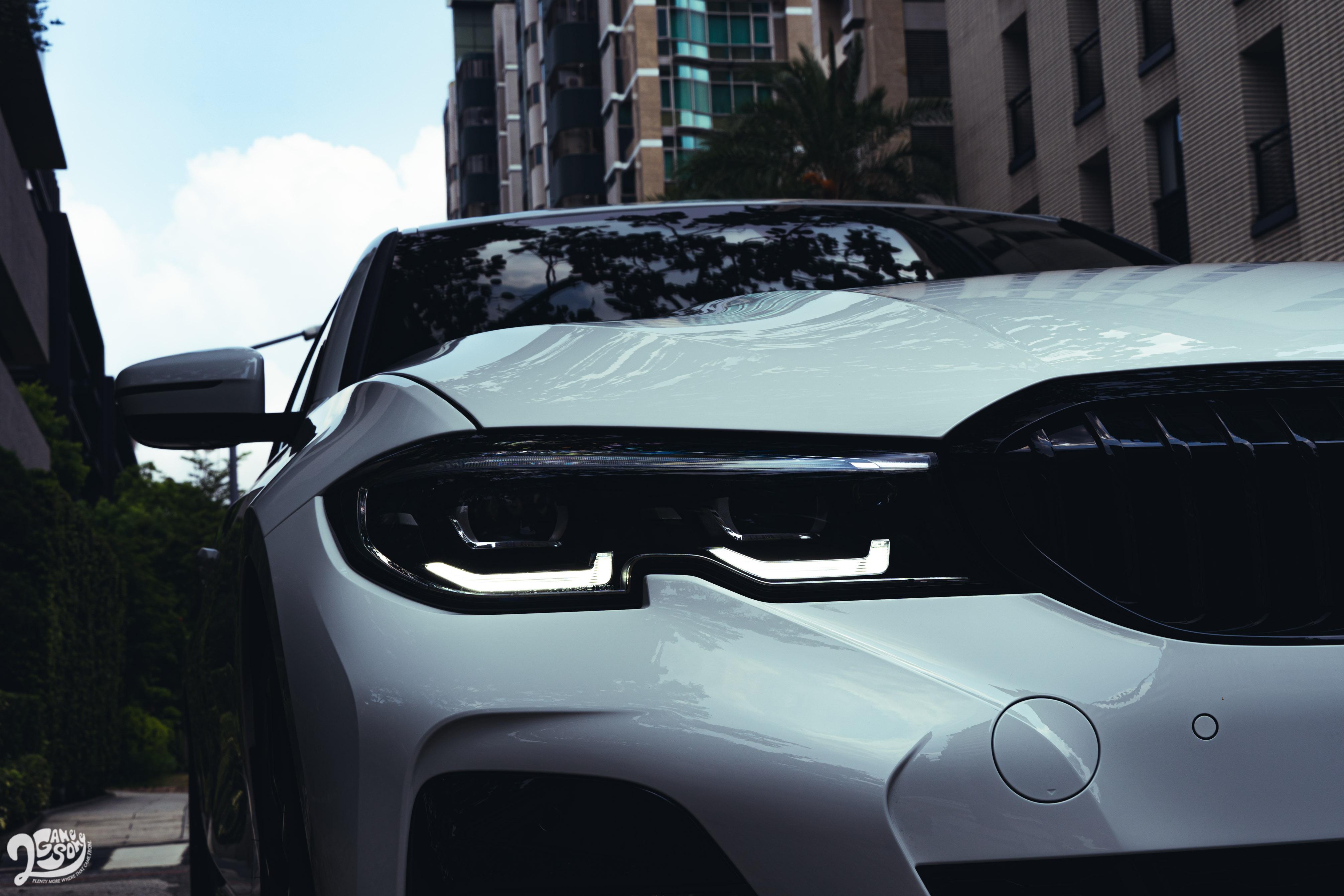 BMW 330i M Sport Midnight Edition夜型版售價 289 萬元,Touring 車型 296 萬元。