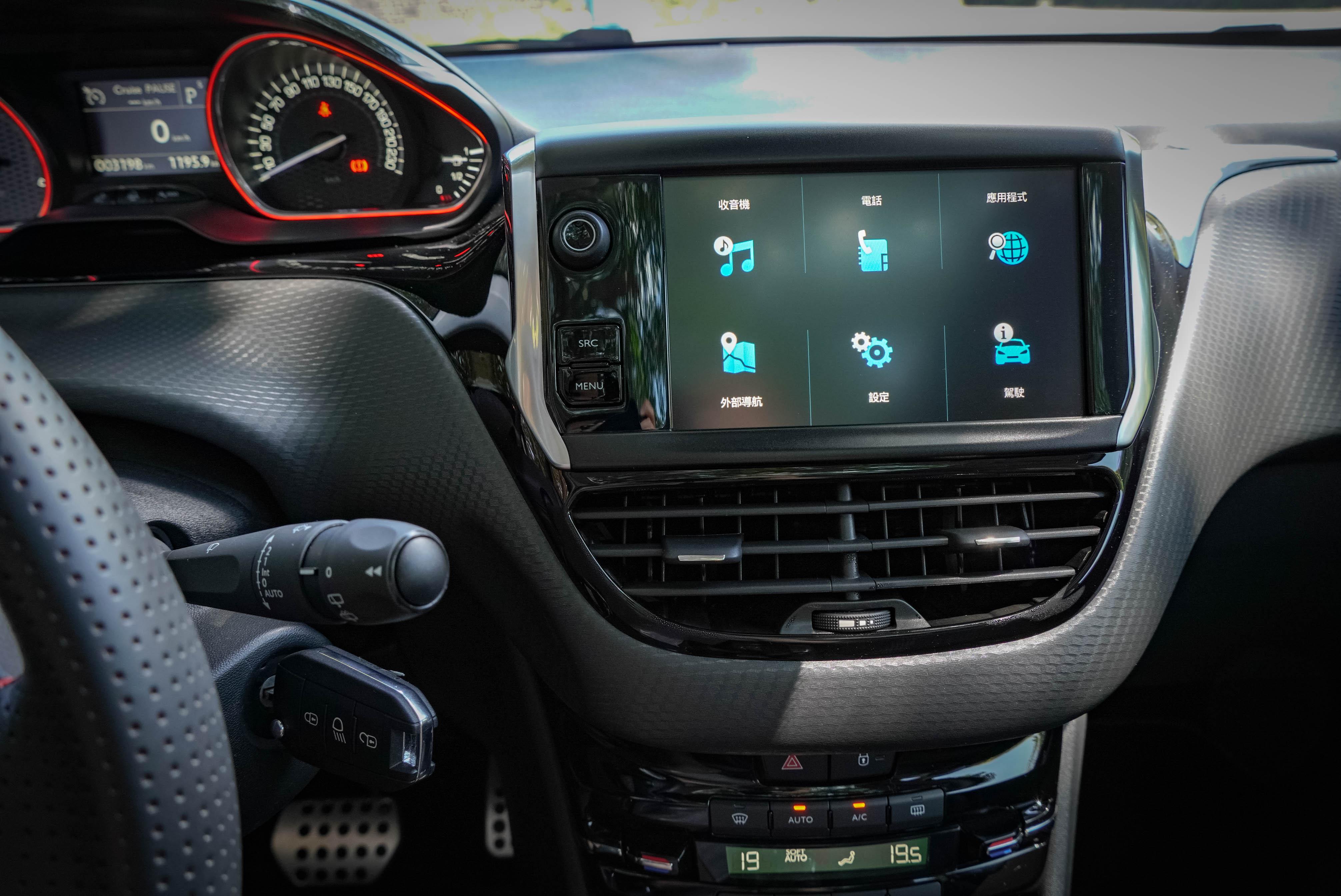 觸控螢幕支援 Peugeot Mirror Screen 鏡射系統,支援 Apple Carplay 及 MirrorLink。