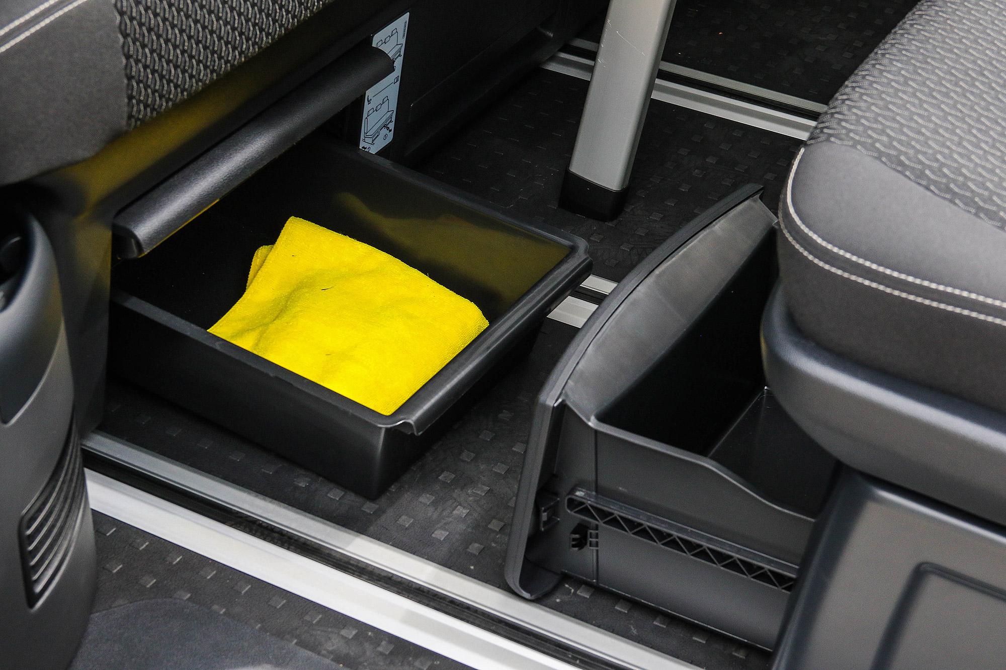 第二與第三排座椅下方都具備有收納抽屜。