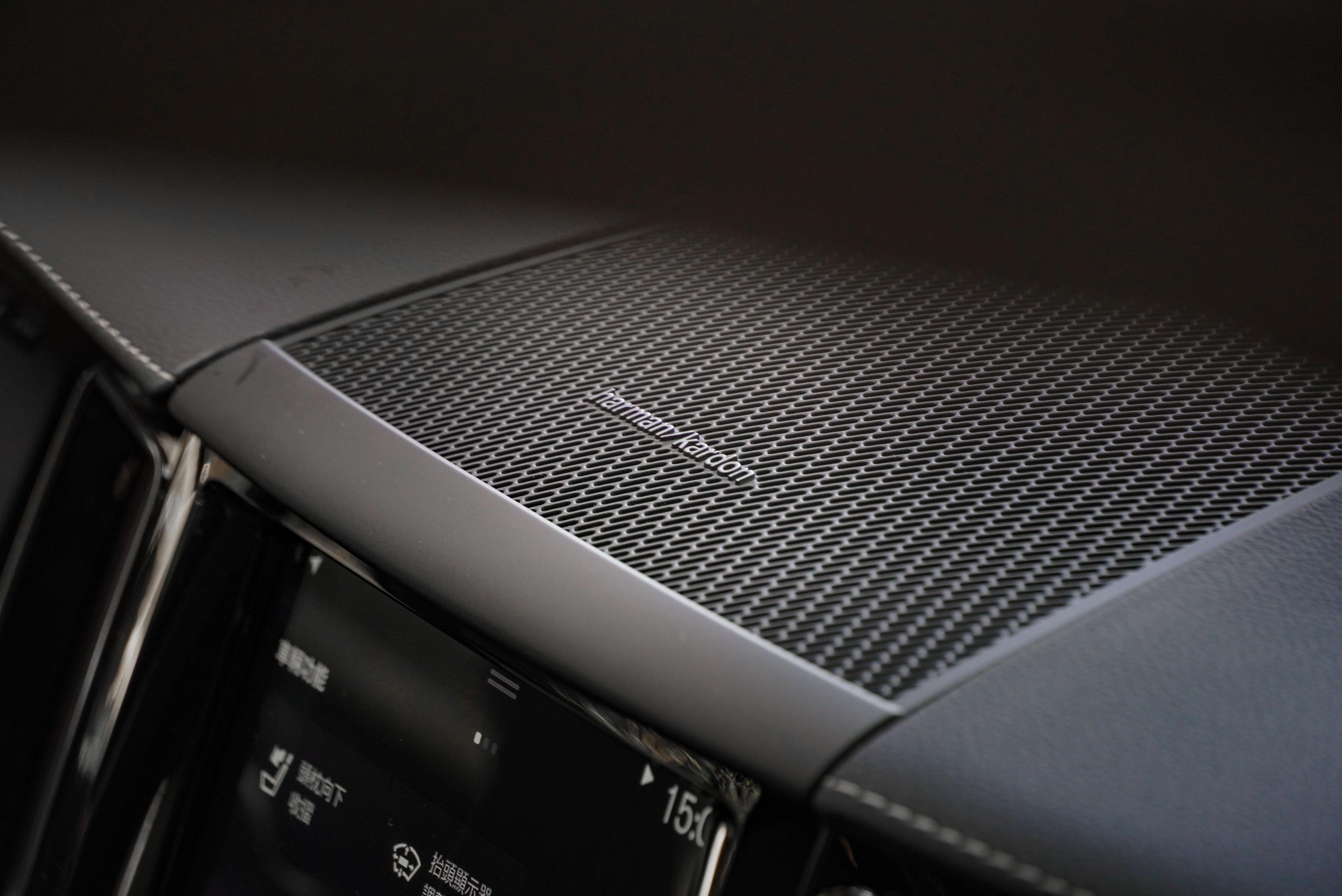 標配 14 支揚聲器的 Harman Kardon 多媒體音響系統,另可加價 80,000 元選配 Bowers & Wilkins 系統。