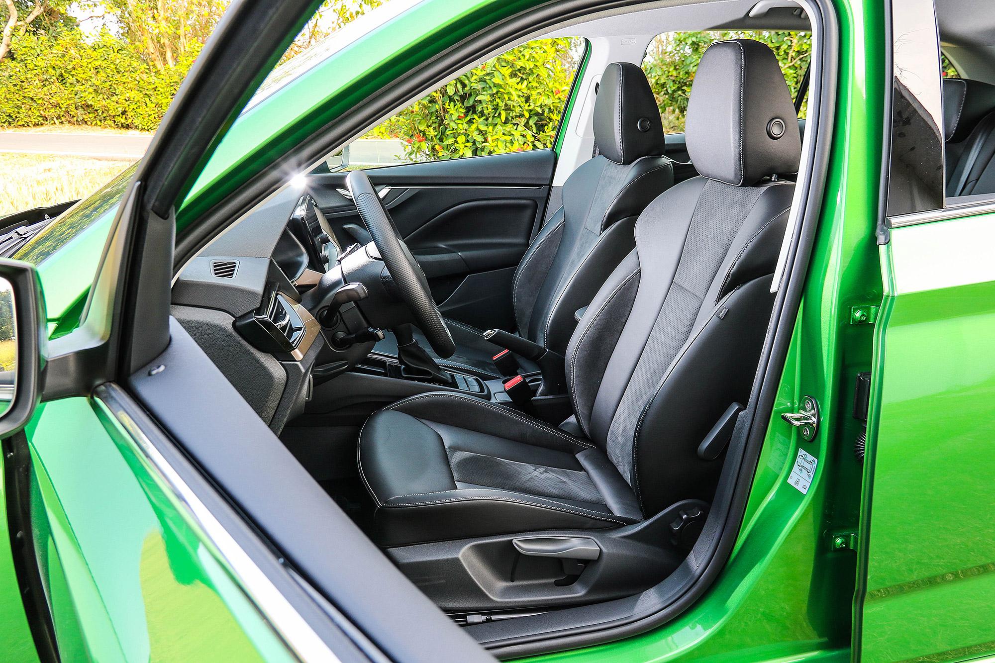 豪華版車型前座採用跑車化的剪裁。