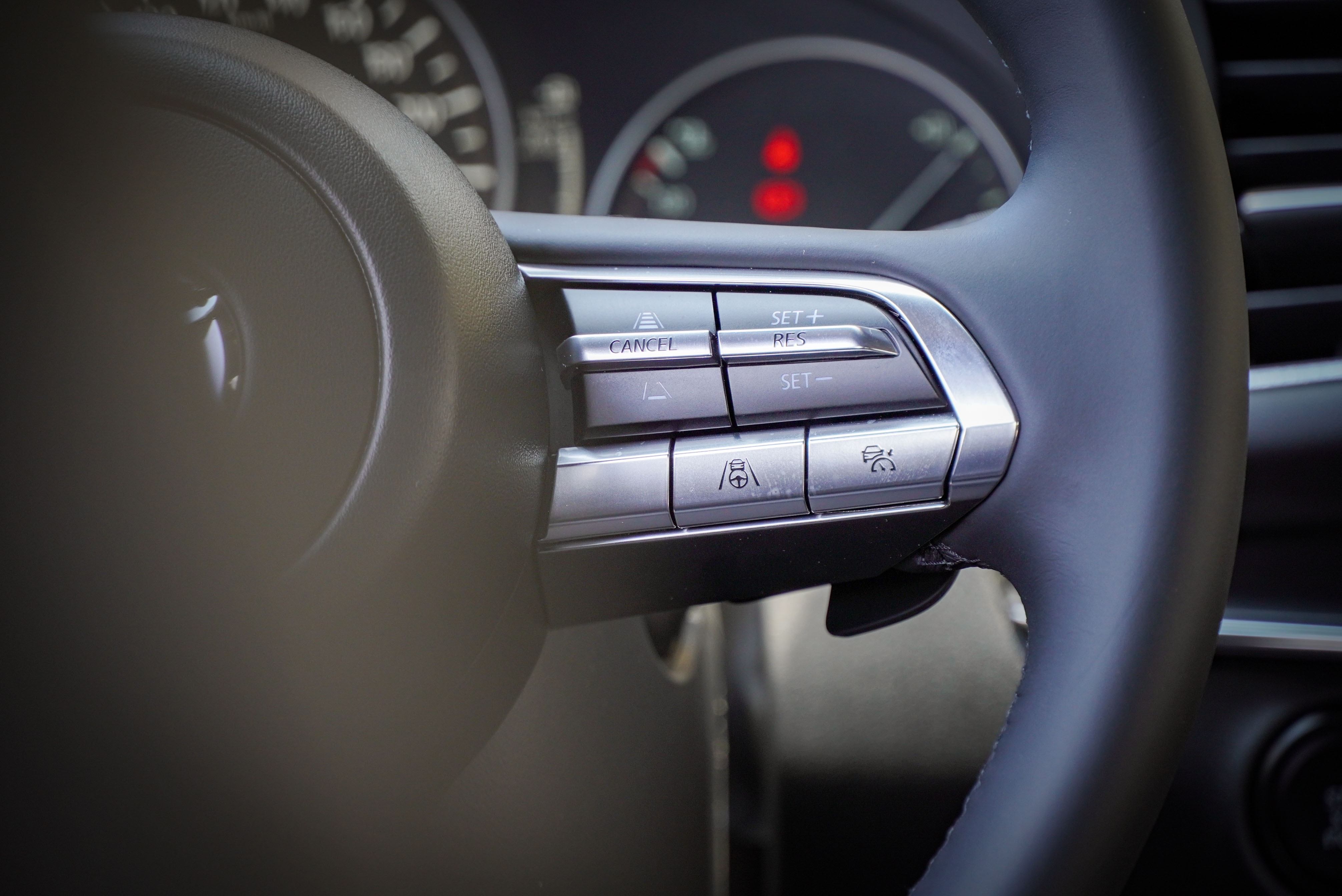 先進駕駛輔助系統由方向盤右側控制。