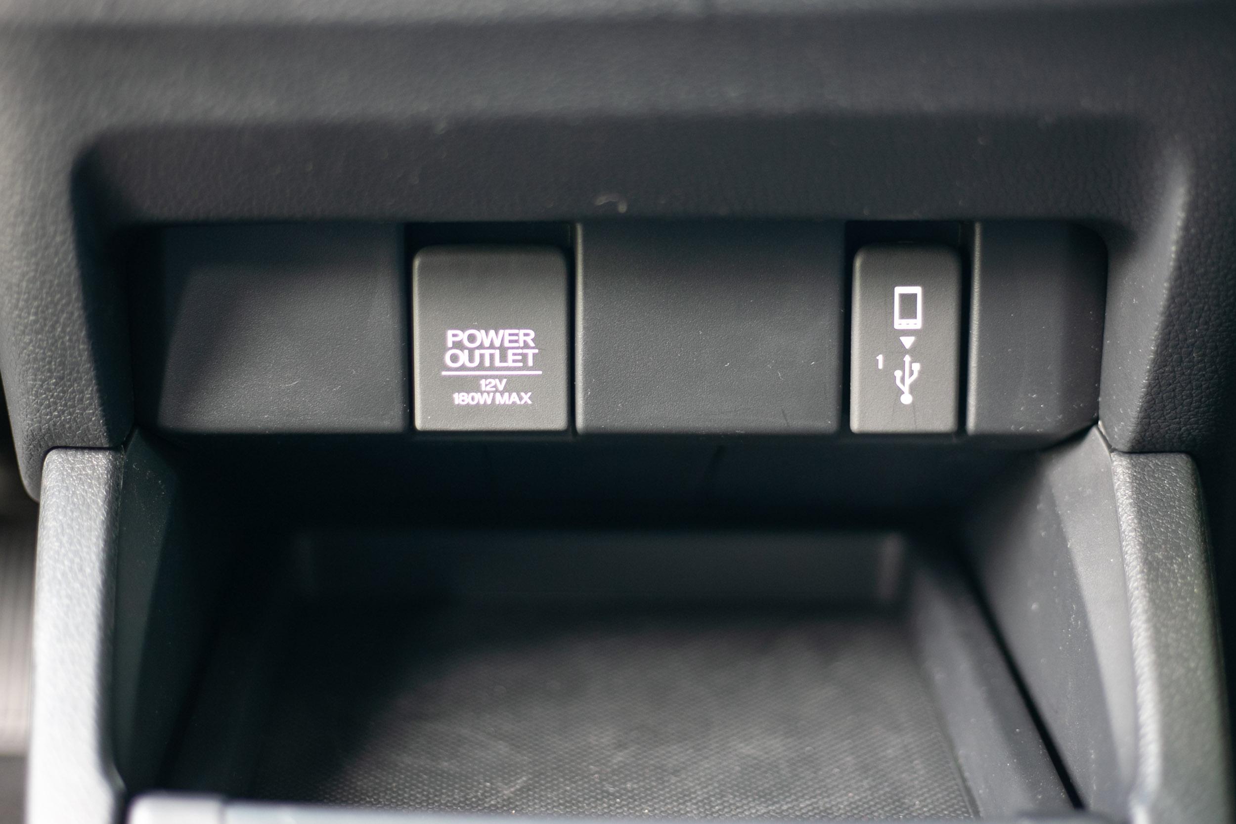 中控台下方的電源供應設計。
