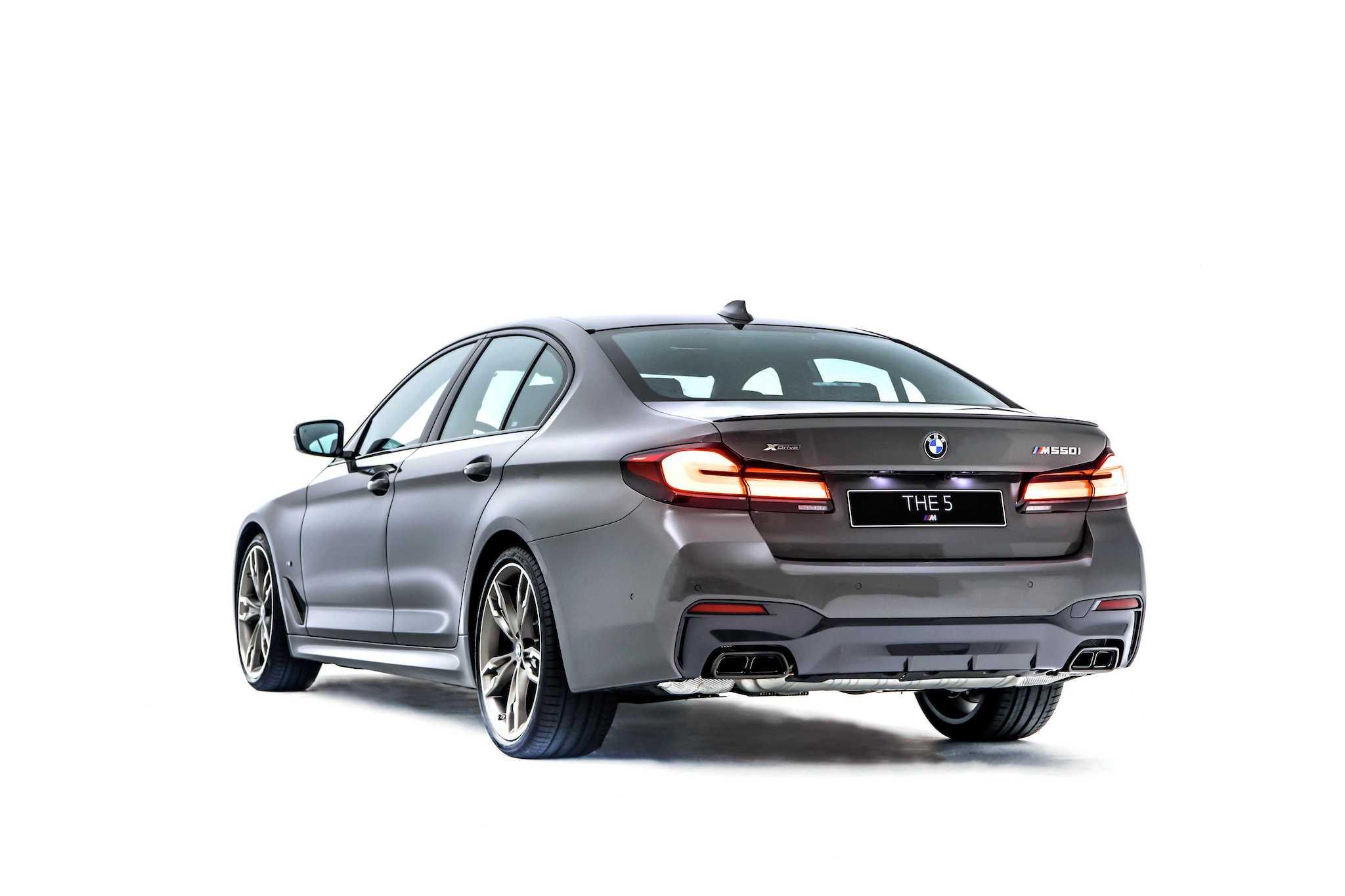 BMW M550i 與車身同色的後擾流尾翼、黑色高光澤後下擾流,黑色鍍鉻雙邊矩形排氣尾管與燻黑3D立體尾燈。