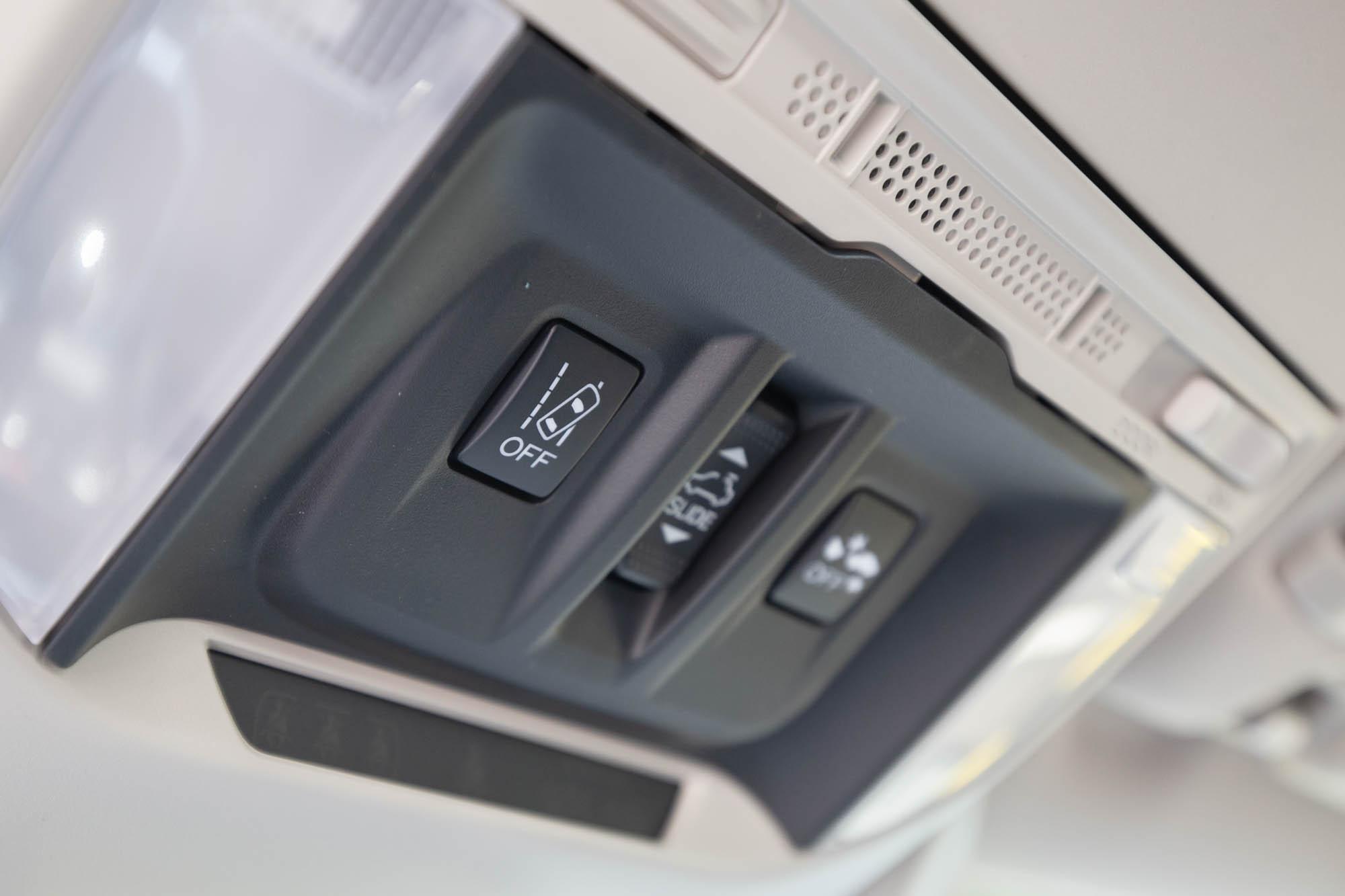 LDW 車道偏擺警示系統警示功能開關設置於車頂。