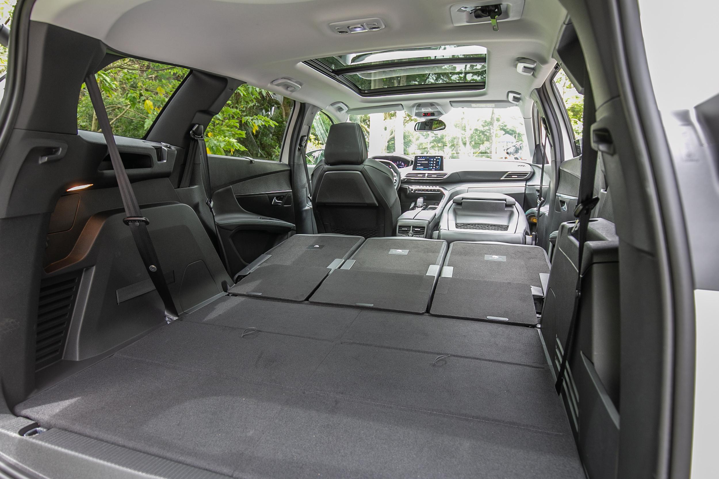 副駕駛座椅背還可前倒打平,近一步擴充置物空間。