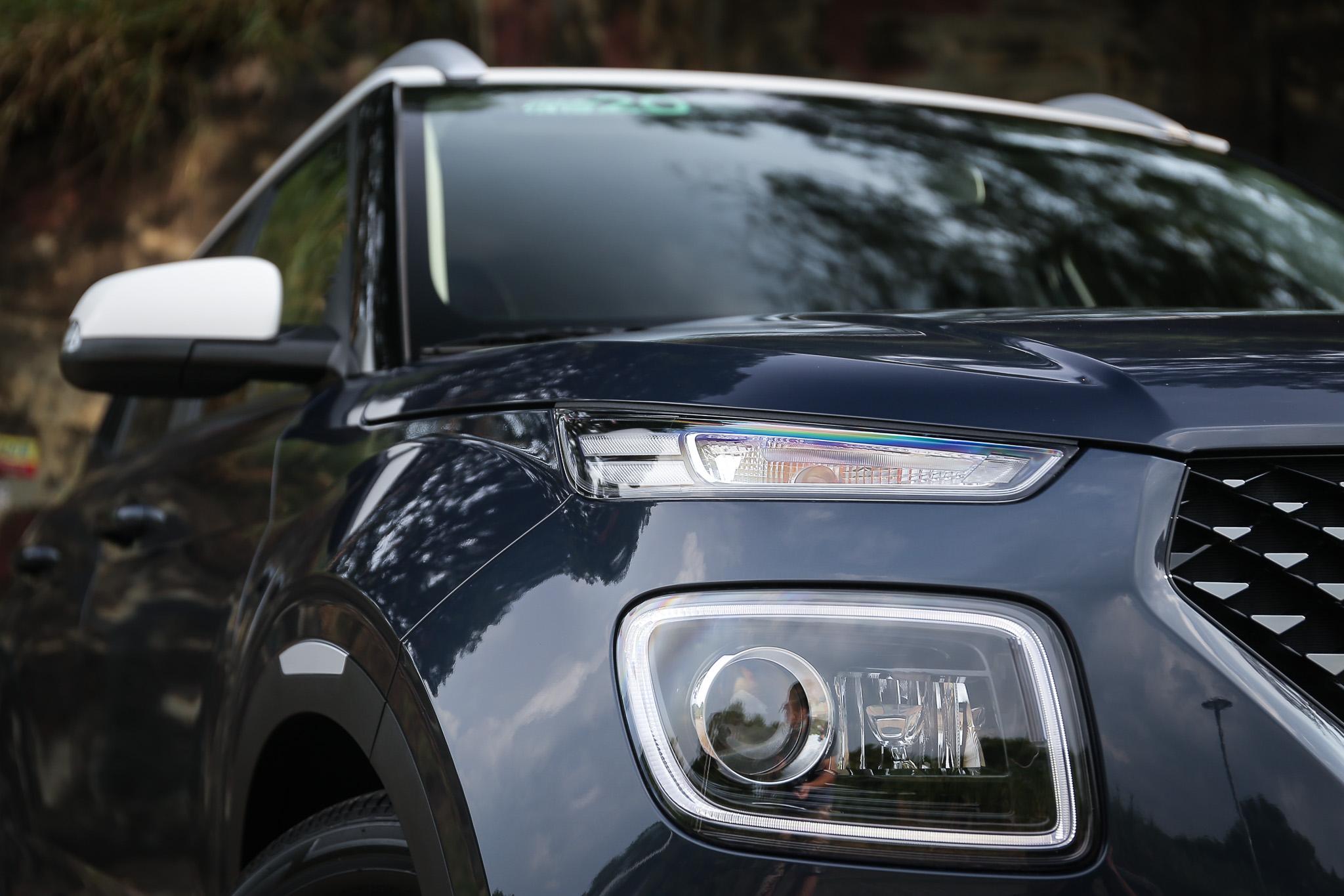 分離式頭燈為近年來 Hyundai 的家族設計特色,大燈為傳統投射式,在 GLC 等級上使用 LED 日行光環規格。