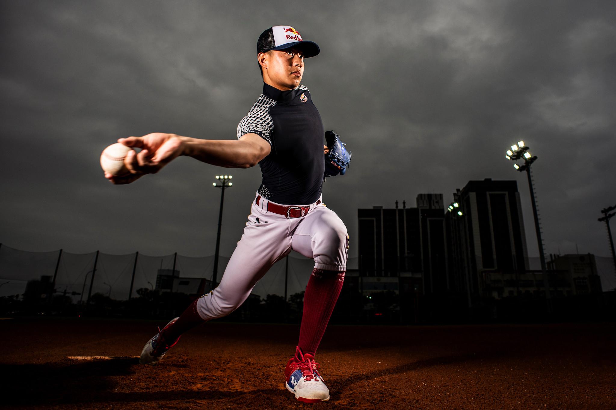 圖為台灣被選中為 2020 Red Bull 精彩回顧集錦之一:Red Bull 棒球運動員黃子鵬,特色低肩側投的投球瞬間。