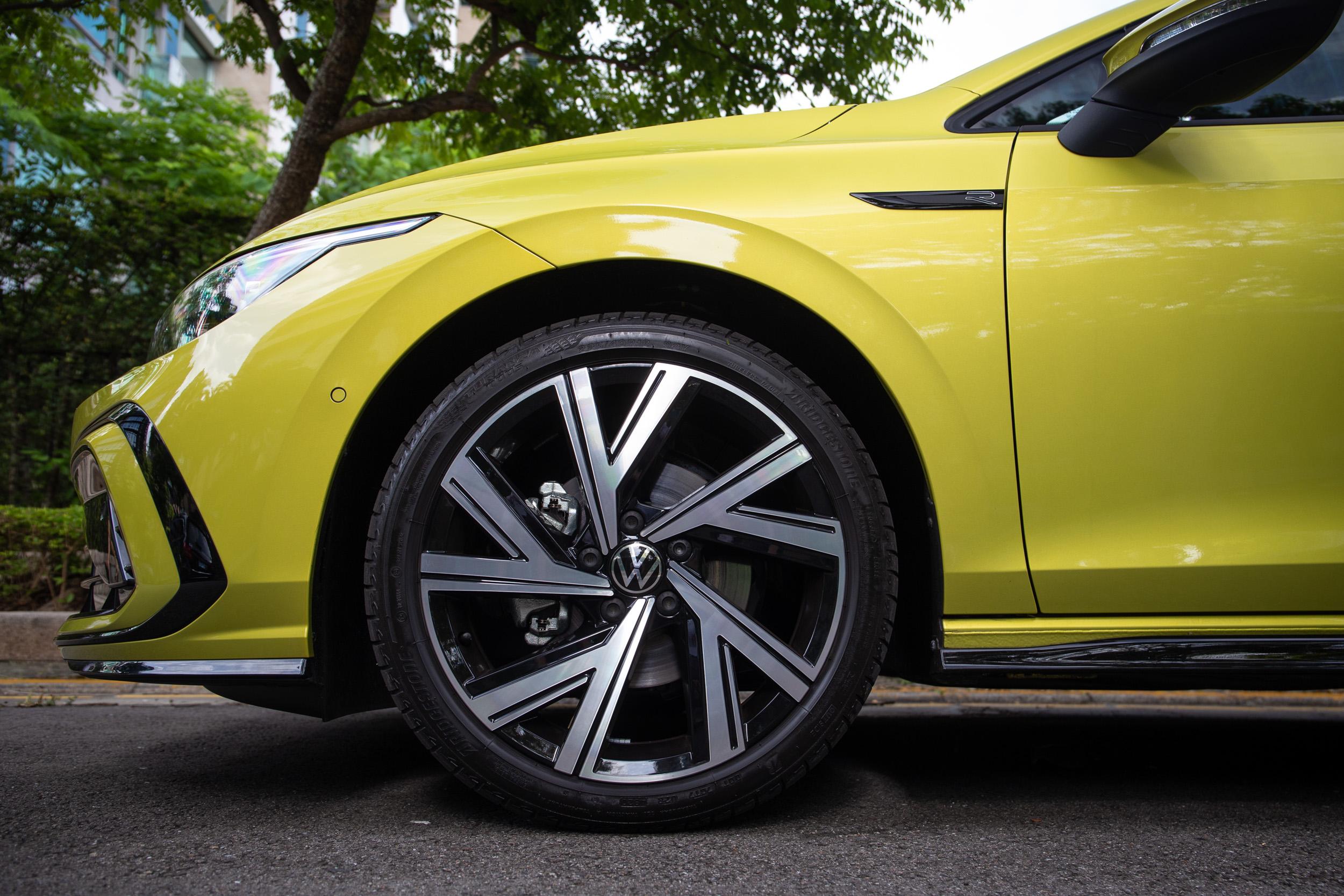 280 車型皆配備 18 吋輪圈,輪胎規格為 225/40R18。