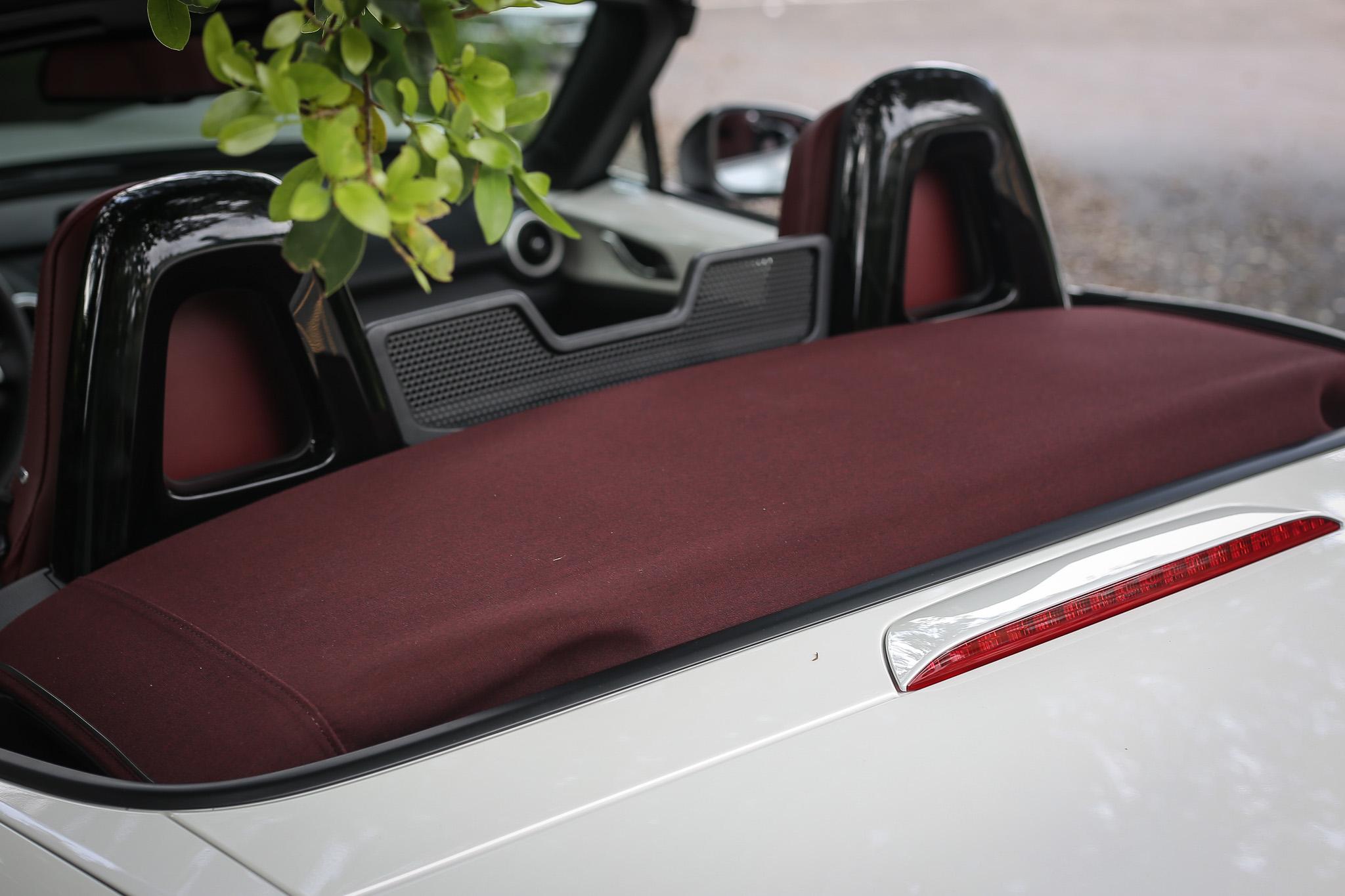 躍雪白的車色搭配酒紅色頂篷是專屬配色,質感相當出色。