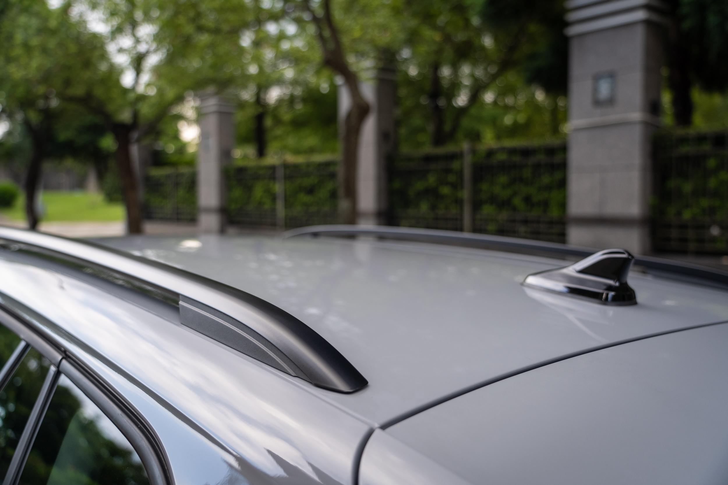 鋁質車頂架為霧黑處理。